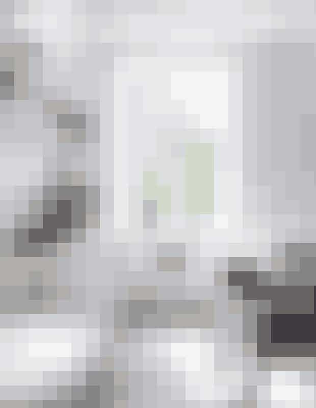 Skabslågerog fronter i laminat er fra &Shufl,mens køkkenmodulerne er fra Ikea.Bordplade og hylder i hvidolieretasketræ og fliser fra Classica Seta.Urtepotter fra Rig-tig by Stelton.Sozu-vandhane fra Zeromix ogZerox-vasken er en Blanco steel art.Gulvet er sæbebehandlet fyrretræ.I vindueskarmen: Fejebakkesæt fraRig-tig by Stelton. Blå Lyngbyvase fraLyngby Porcelæn. Turkis glasvase eret loppefund.