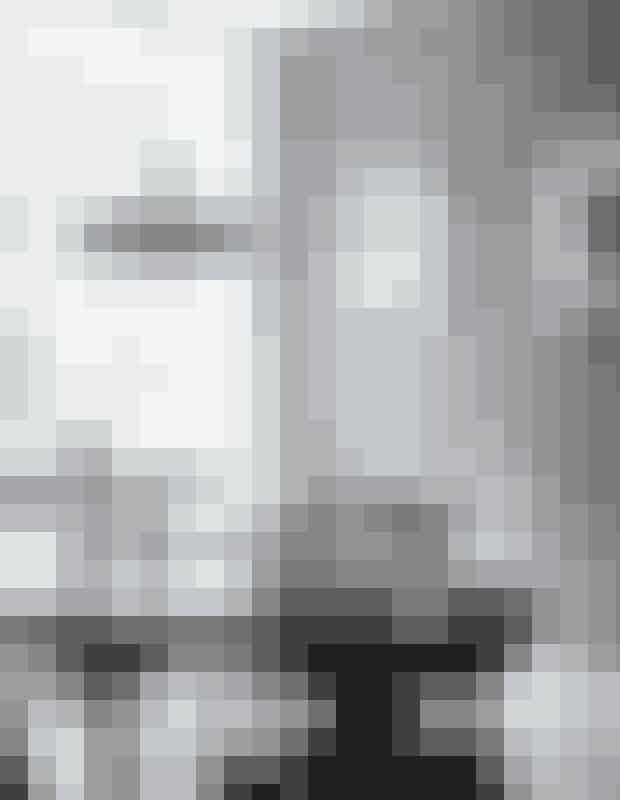 Giv en enkelt væg en varm farve, detkan lette stemningen i et rum somkøkkenet, der ellers godt kan blivesterilt. Spisebordet, der oprindeligt varhvidt, er designet af Henning Kjærnulf.Spisestuestolene er designet af KaiKristiansen. Lampen er et loppefund.Bornholmerplakater af Mads Berg.I vindueskarmen: Alvar Alto-vase fraIittala. Tap T-lampe fra Floss.