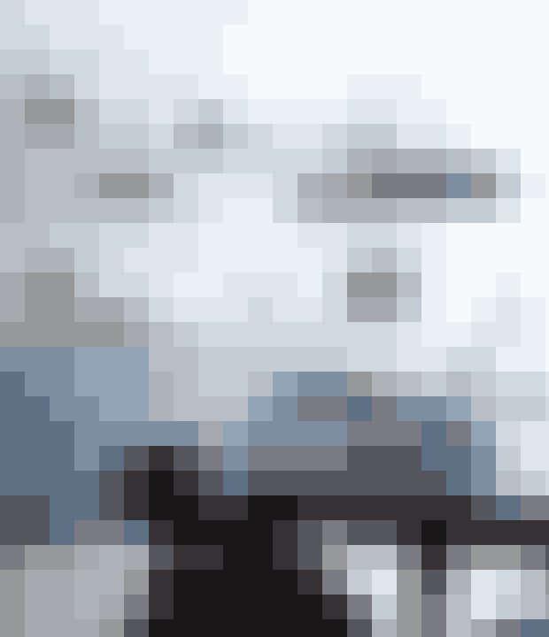 I kombination med de blanke hvide vægfliser kommer den blå farve på skabslågerne til sin ret.