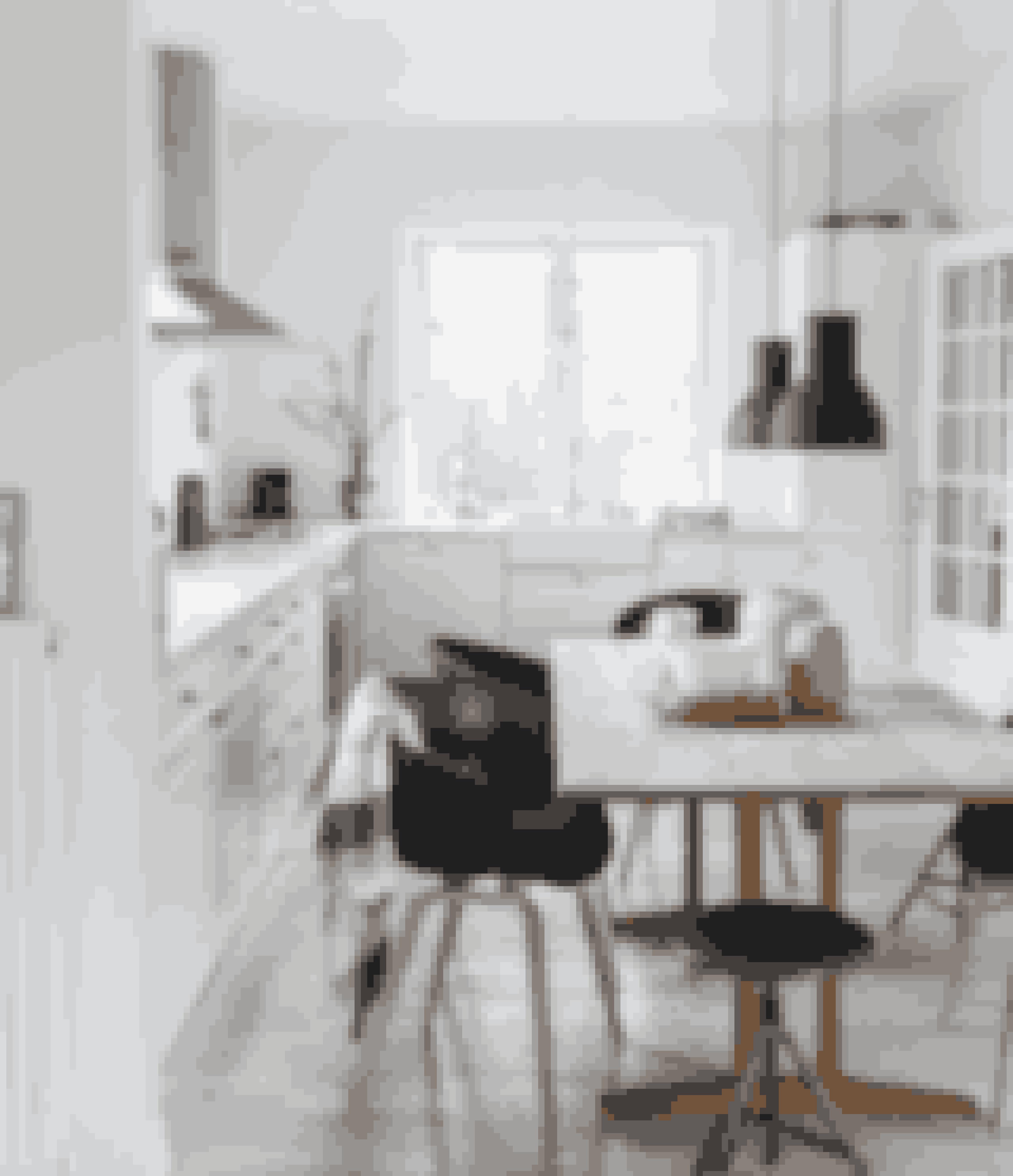 Dette køkken er lyst og luftigt og har ud over plads til madlavningen også plads til et spisebord i midten af rummet.