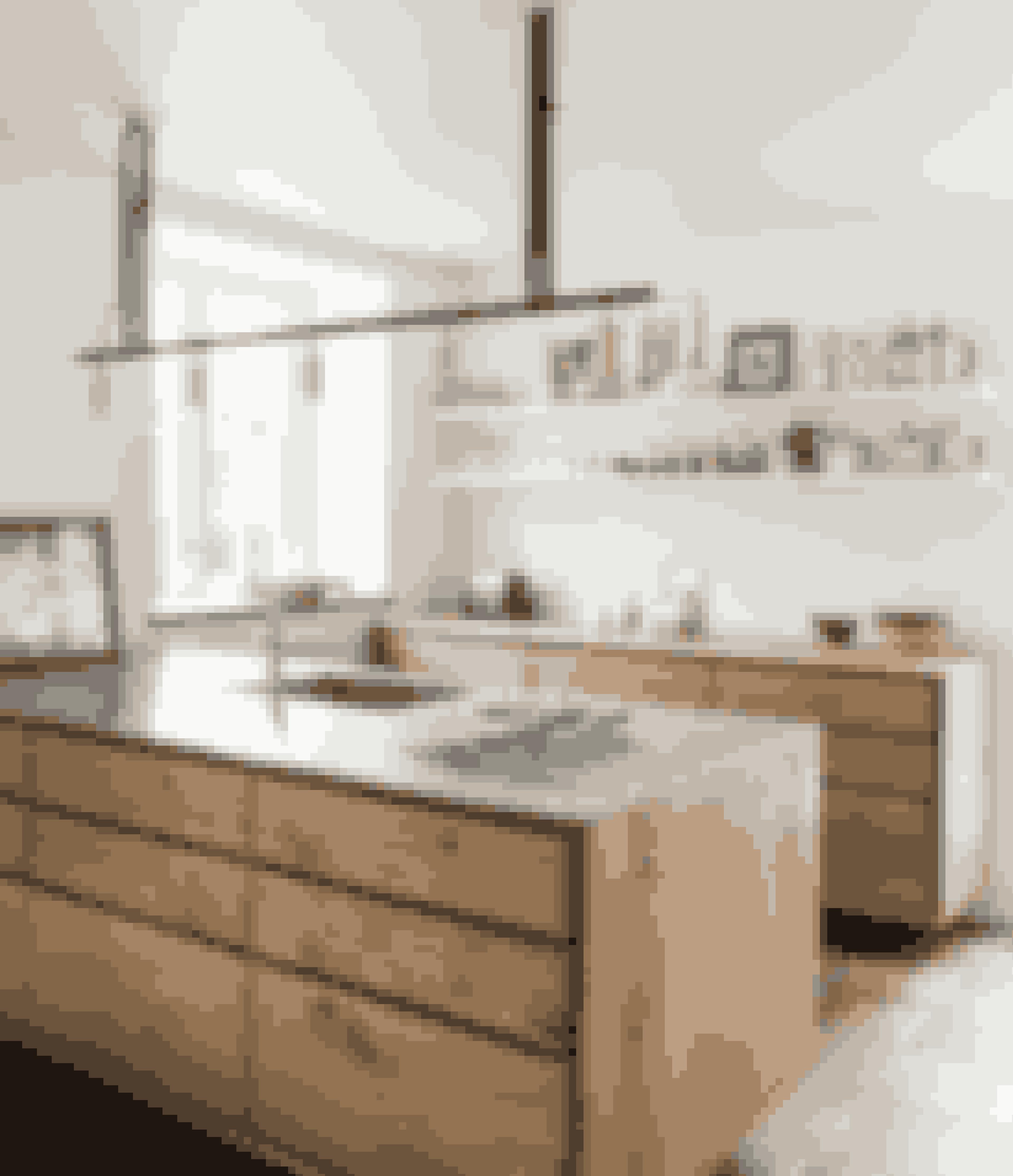 Er snedkerkøkkener lige noget for dig, vil du sikkert synes om dette, hvor de mange træelementer har fået selskab af en bordplade af stål.