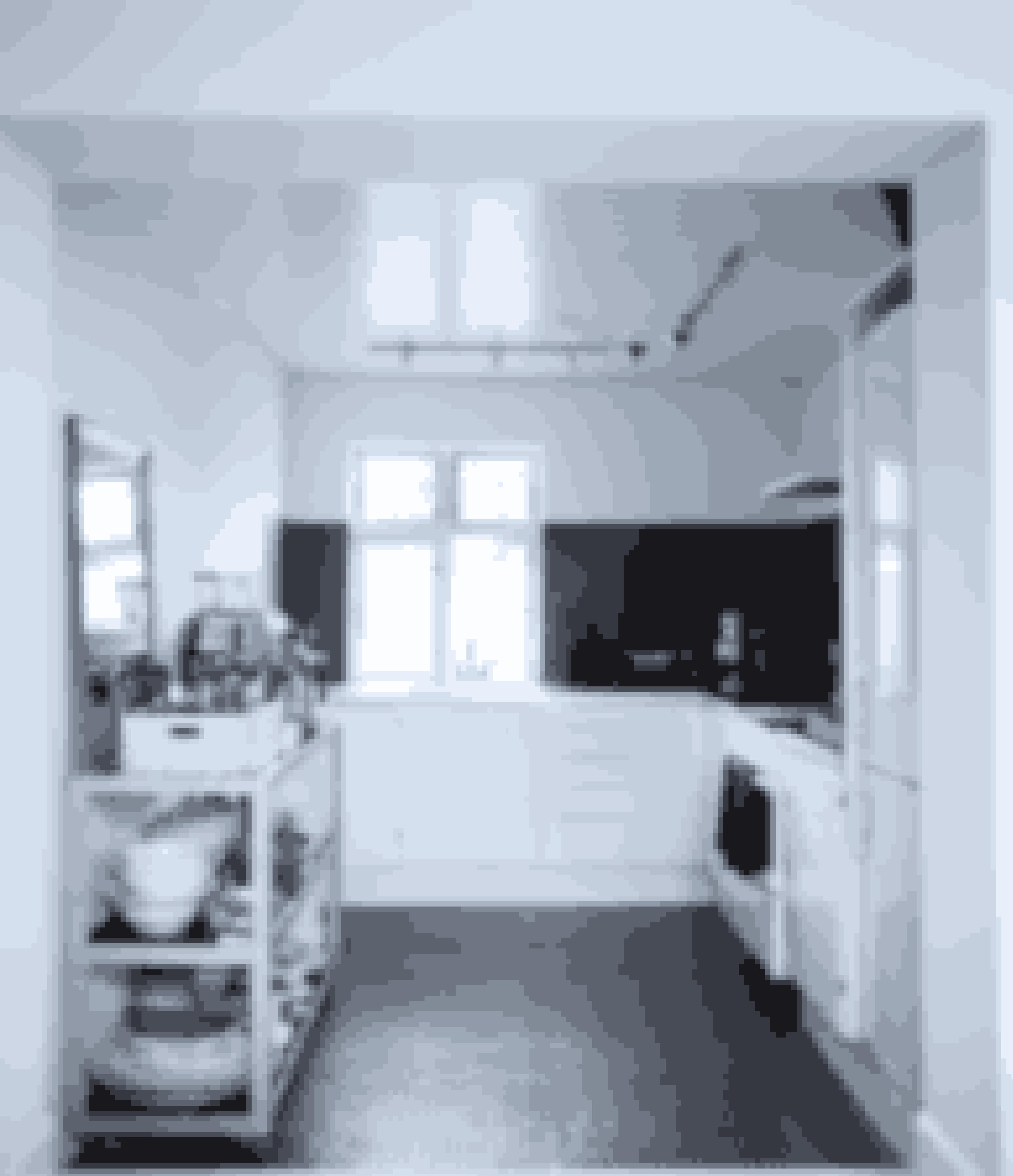 Dette køkken er et eksempel på, at sorte mosaikfliser både kan bruges på gulvet og på væggen.