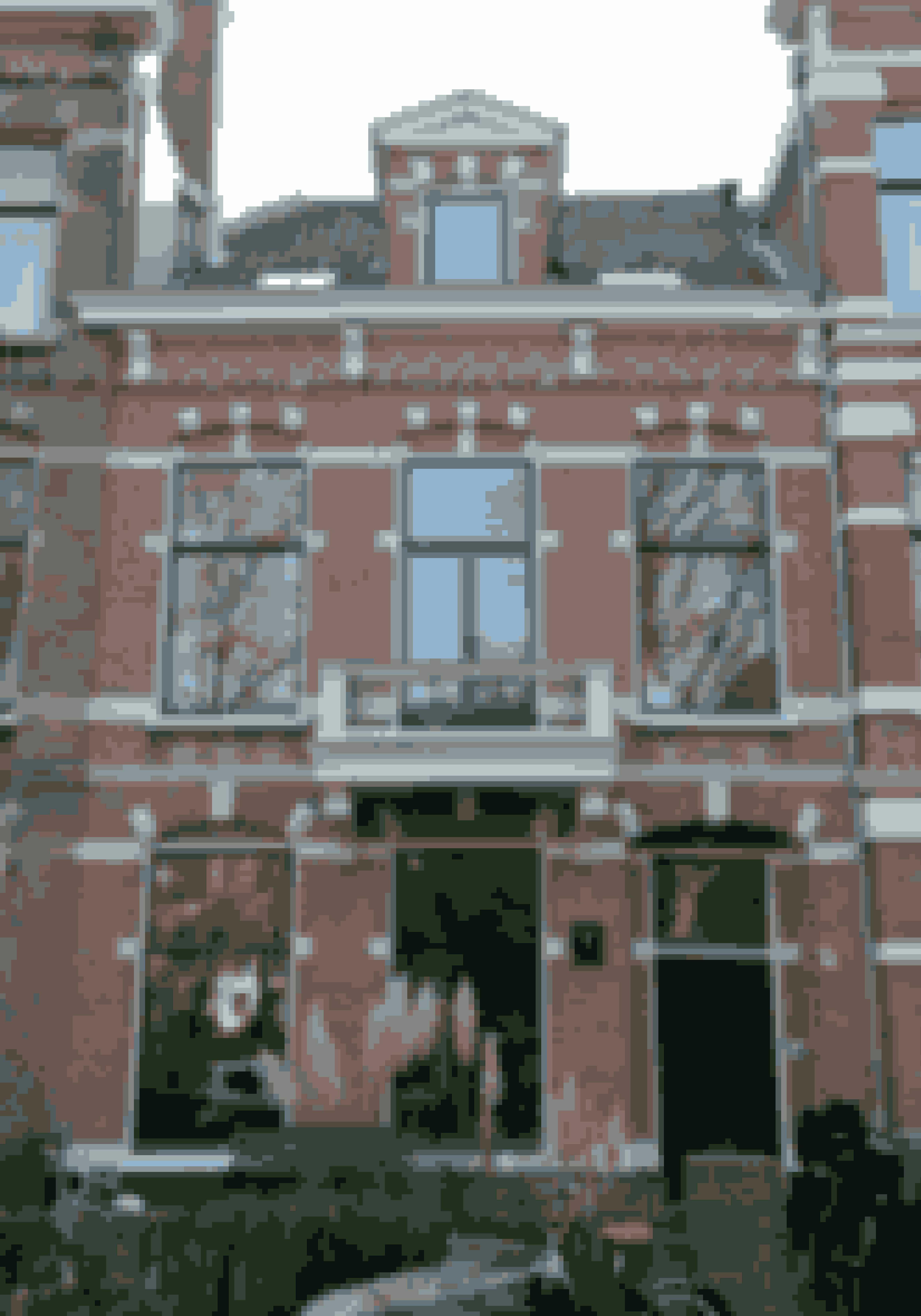 Byhuset er tre etager og ligger lige ud til kanalen i Leiden, Holland.