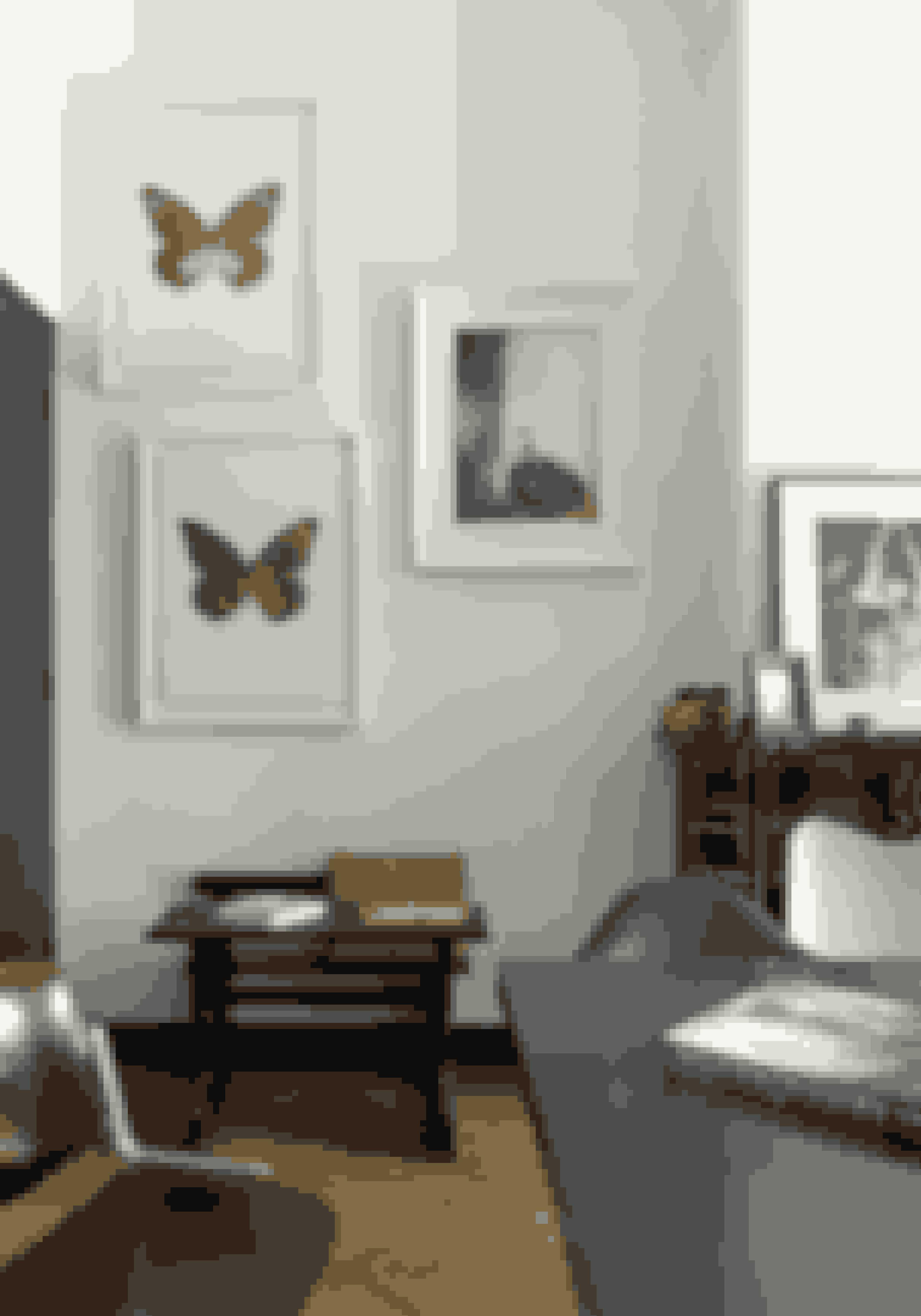 Mal paneler, døre og kamin sort - dette giver dramatik og understreger både stuk og billedrammer.