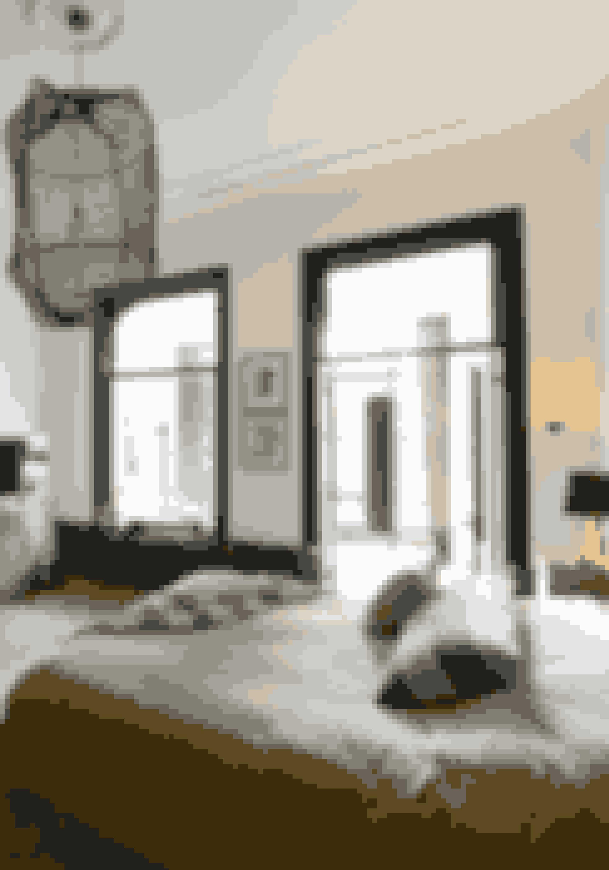 Kombinér bløde tekstiler, stoflamper og metalskabe, dette gør rummet rustikt men hyggeligt.