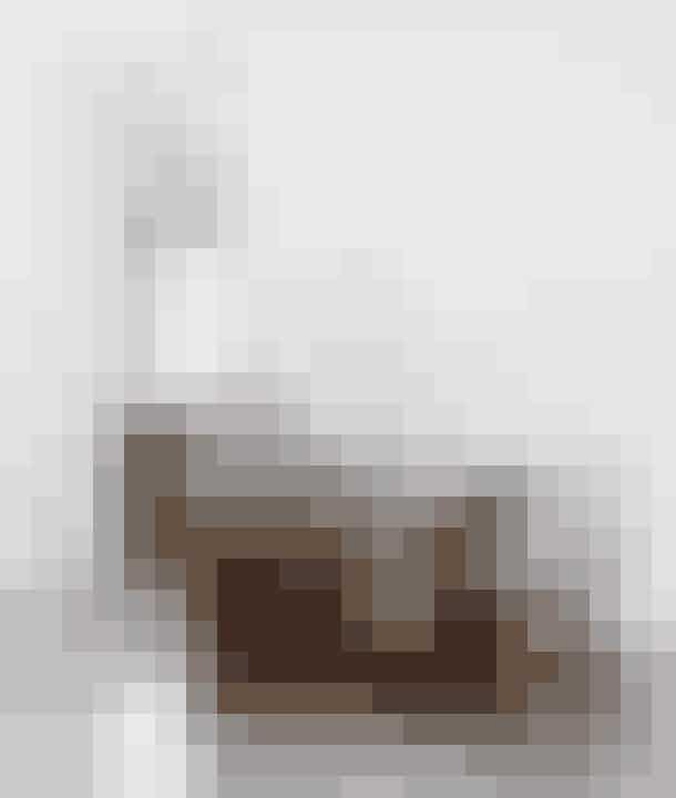 Sæt et antikt møbel i en varm træfarve ind i de stramme hvide og grå, så bliver både møblet og omgivelserne fremhævet. Pia har købt bordet på et loppemarked. Stolen hedder Flow Chair og forhandles bl.a. af Trendbazaar.dk. Den sjove bordlampe forener nutid og fortid, den hedder Bourgie og er fra Kartell - Find den fx her!