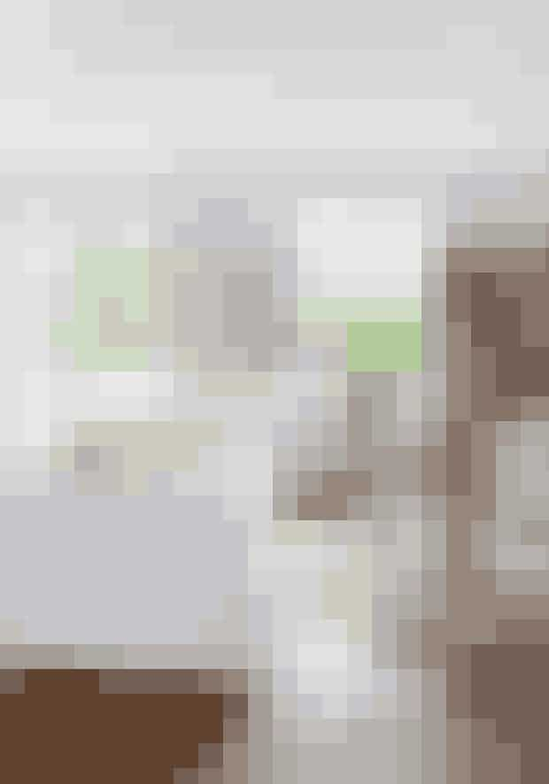 Giv den lette, stofsofa modspil med puder i et groft materiale som kelim. Men hold dig til en farveskala, som passer til resten af indretningen. Bordene er designet af Paola Navone for Gervasoni, og lampen er fra Bestlite.