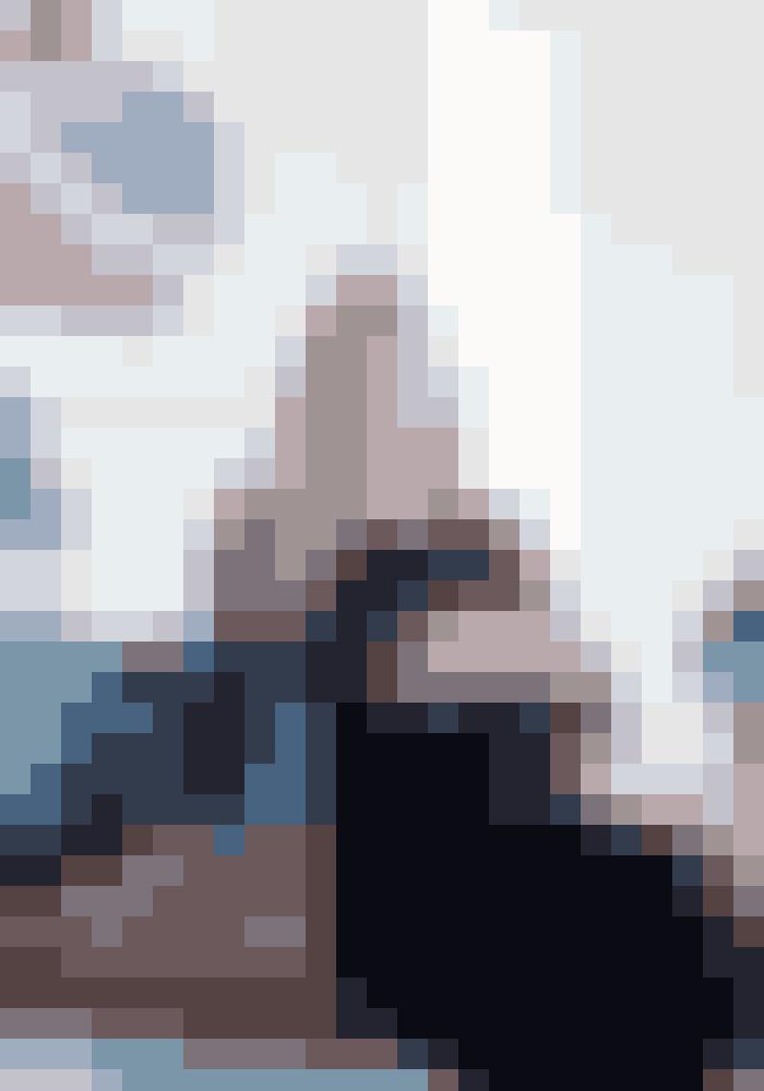 Her bor:Pernille Slots Lysgaard, 35 år, specialkonsulent i Erhvervsministeriet, Frederik Slots Lysgaard Vind, 34 år, selvstændig, og datteren Benedicte på 3 år.Bolig:En villalejlighed på Frederiksberg med stueetage og kælder på henholdsvis 177 m² og 100 m².Stil: Klassisk indretning med kunst, design og sydlandske farver.