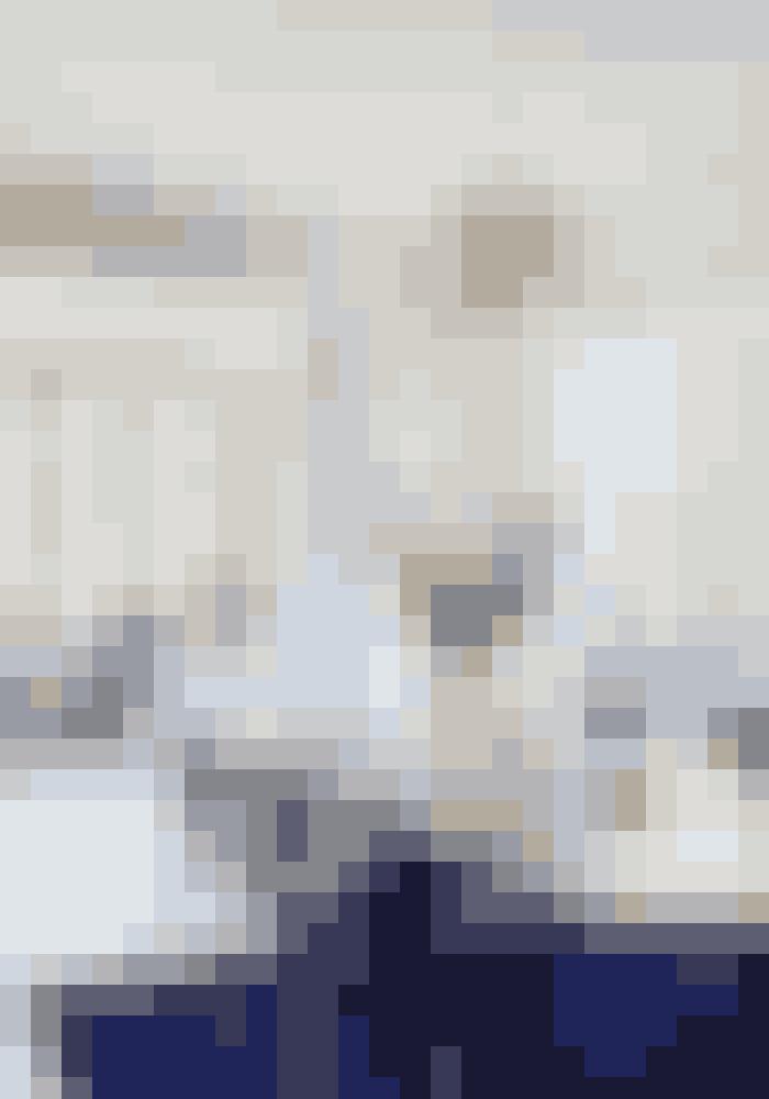 Myre-stolene fra Arne Jacobsen står om et arvet bord. Lysekronen og det kongeblå tæppe er fra Lauritz.com, og glasvasen er fra Bloomon. Til venstre i karnappen står en Wegner-gyngestol og til højre en Hornbæk-stol ved et rundt bord fra Hay.