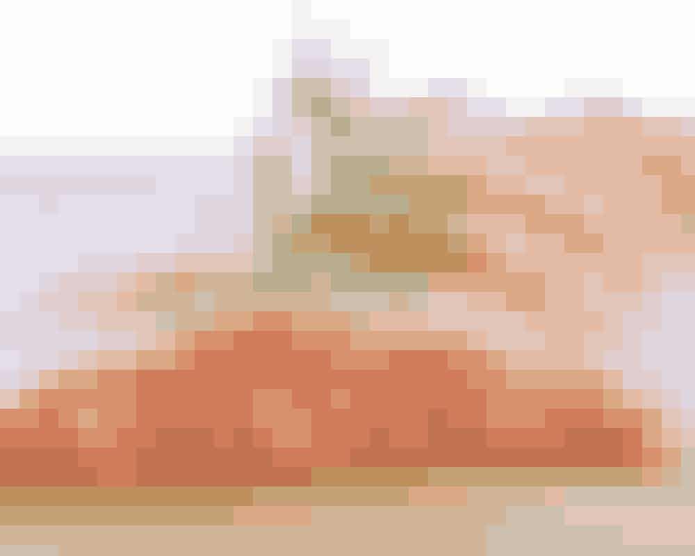 Ude i havet mæsker vildlaksen sig i sunde sager,som den bygger ind i sit smagfulde kød. Når duspiser vildlaks og andre fede fisk (fx makrel og sild), får du altså alt det bedste fra havet – især antiinflammatoriske og hjerneopbyggende omega 3-fedtsyrer samt energigivende og knoglestyrkende D-vitamin. Spis gerne 75-100 gram fed fisk om dagen.