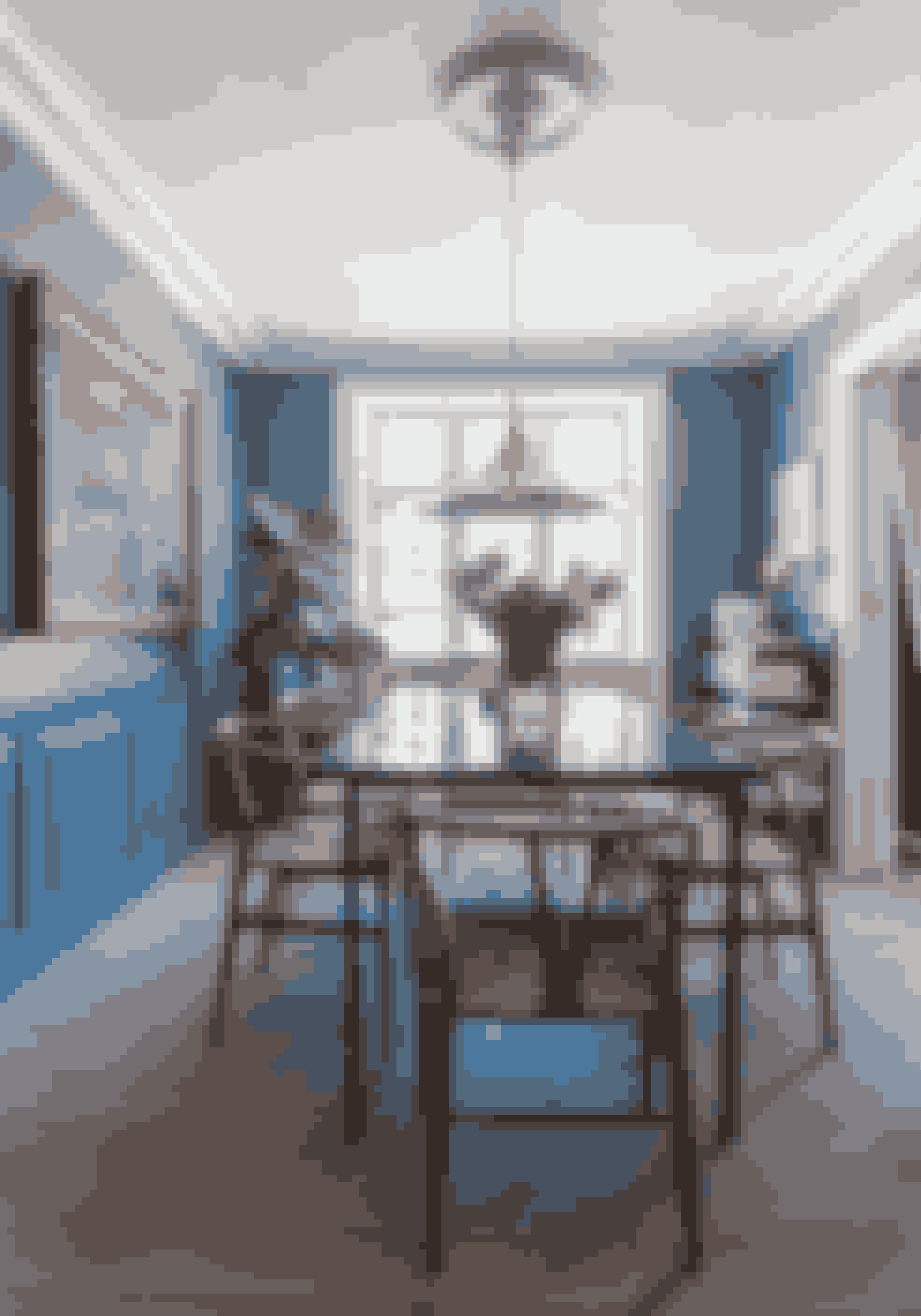 Bland gerne materialer, teksturer og farver. I spisestuen har koldt marmor, varmt træ, blanke metaller, grønne planter og farver på væggen slået pjalterne sammen i et lykkeligt ægteskab. Spisebordet har Julius selv designet.