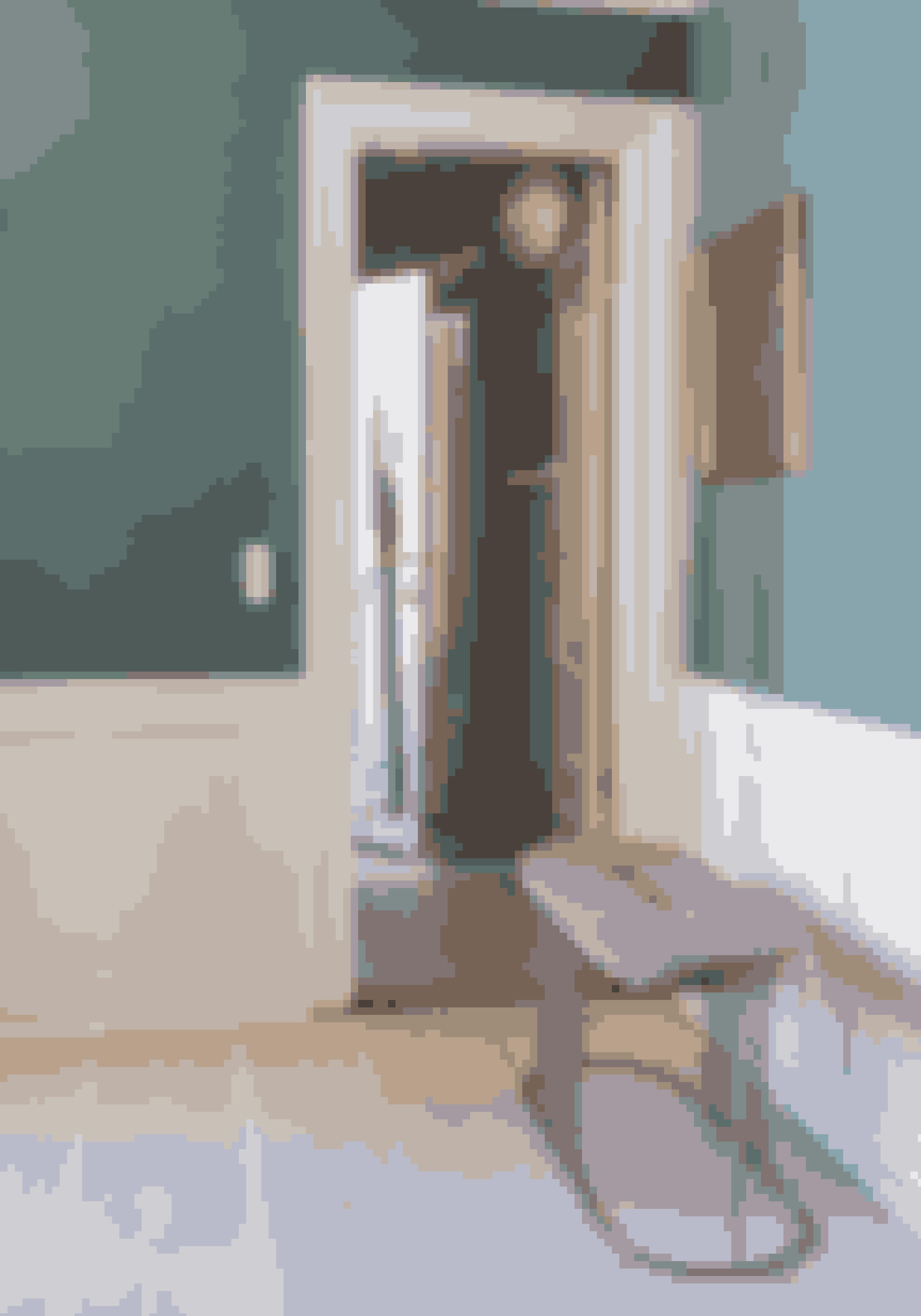 Fremhæv panelerne ved at holde dem hvide og male væggen i en farve. Den lyserøde bænk er fra Bolia, og lampen i gangen er fra Menu.