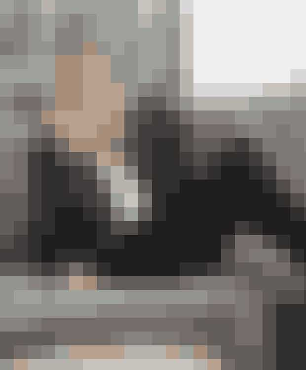Her bor:Josefine Haaning Jensen, somlever af at blogge og læggelivsstilsbilleder på Instagram. Se hendes profil her!Bolig:Herskabslejlighed på 114kvadratmeter ved Nyhavn iKøbenhavn.Stil:Mix af kunst, planter og detaljermed velour.