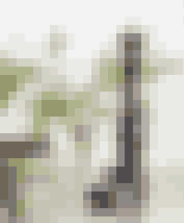 Prøv dig frem med indbydendeopstillinger som her, hvor denfine Christian Bitz-skål i keramik,en krukke i marmor fra Magasinog den klassiske peberkværn fraPeugeot er flankeret af et krystalglasmed grønne grene.