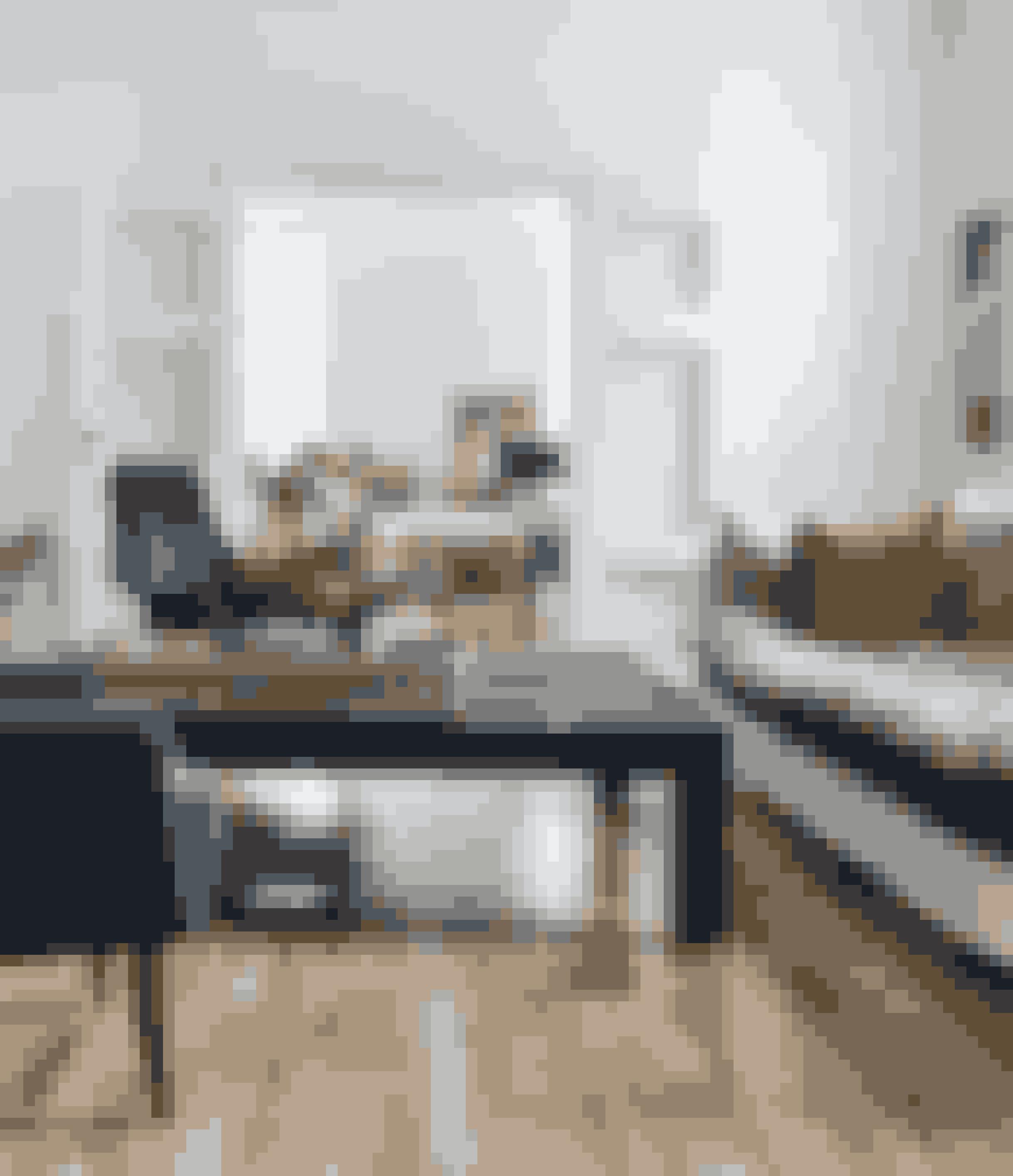Med en kombination af møbler og tilbehør i forskellige stilarter og materialer kan du skabe en moderne 'ferie i det franske'-fornemmelse. Sofaen er fra franske Caravane, og modellen hedder Adar. Stolene Adam i velour er fra Gubi, og sofabordet er fra Ilva.
