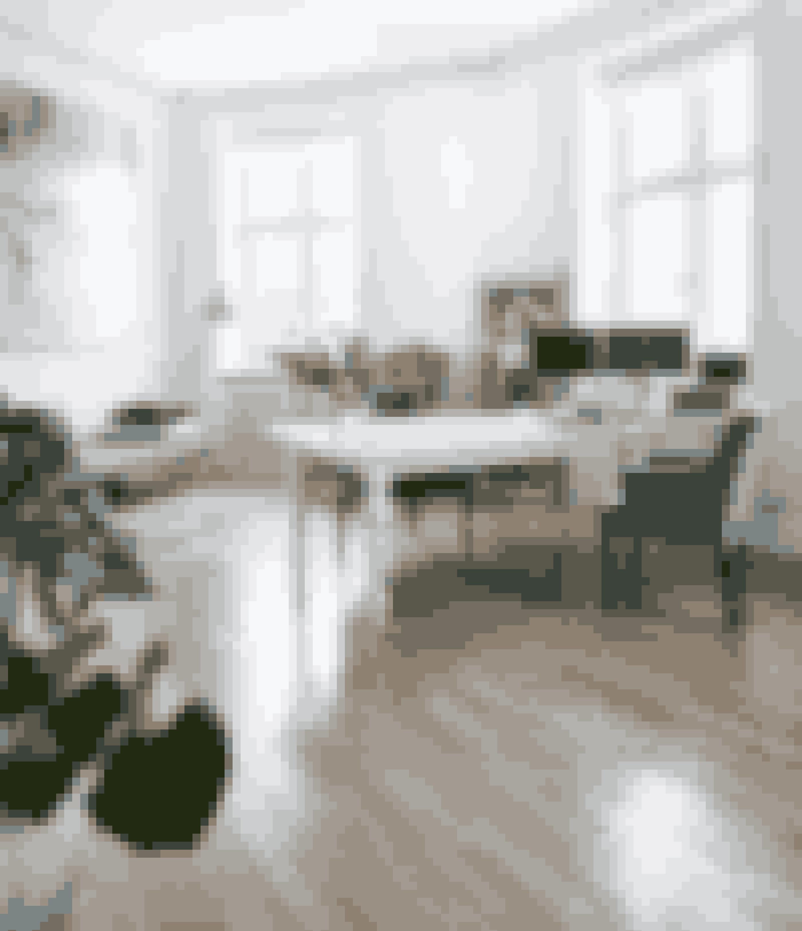 Bland gerne stilarter og tidpsepoker som i hjemmekontoret, hvor et skrivebord i rokokostil er sat sammen med moderne velourstole i art deco-stil. Bordet var en gave til Henrik Husted fra hans forældre, da han blev færdig som speciallæge, og stolene er fra Maison Tournesol.