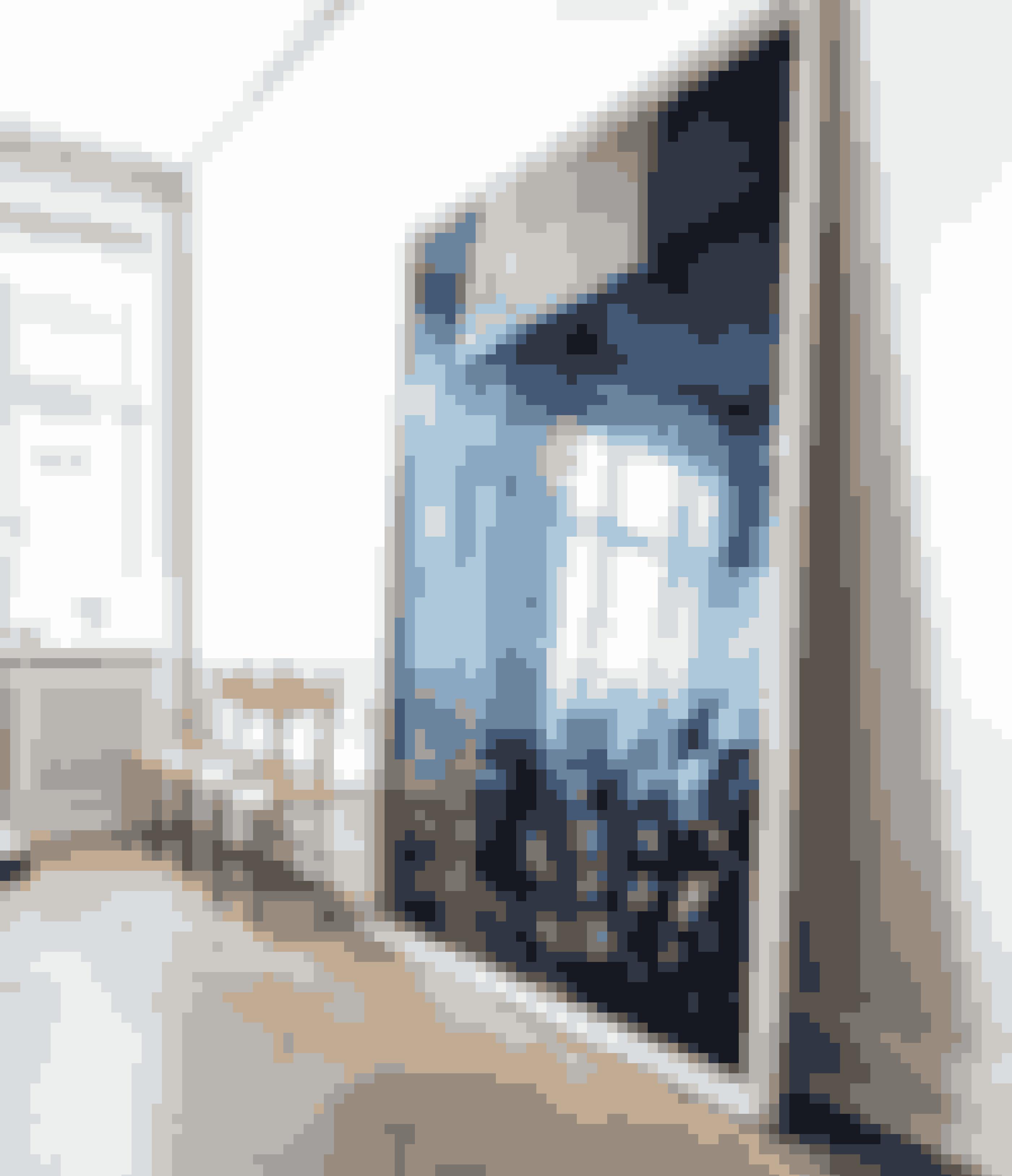 Gentagelse fremmer forståelsen. Sæt gerne flere stole ved siden af hinanden. Sammen med kunst, der står på gulvet, giver det et galleri-udtryk, og så er det nemt at få gæster. Maleriet er af Susanne Aamund. De gule jernstole var oprindeligt sæderne i en indisk bus og er fundet i Fil de Fer.