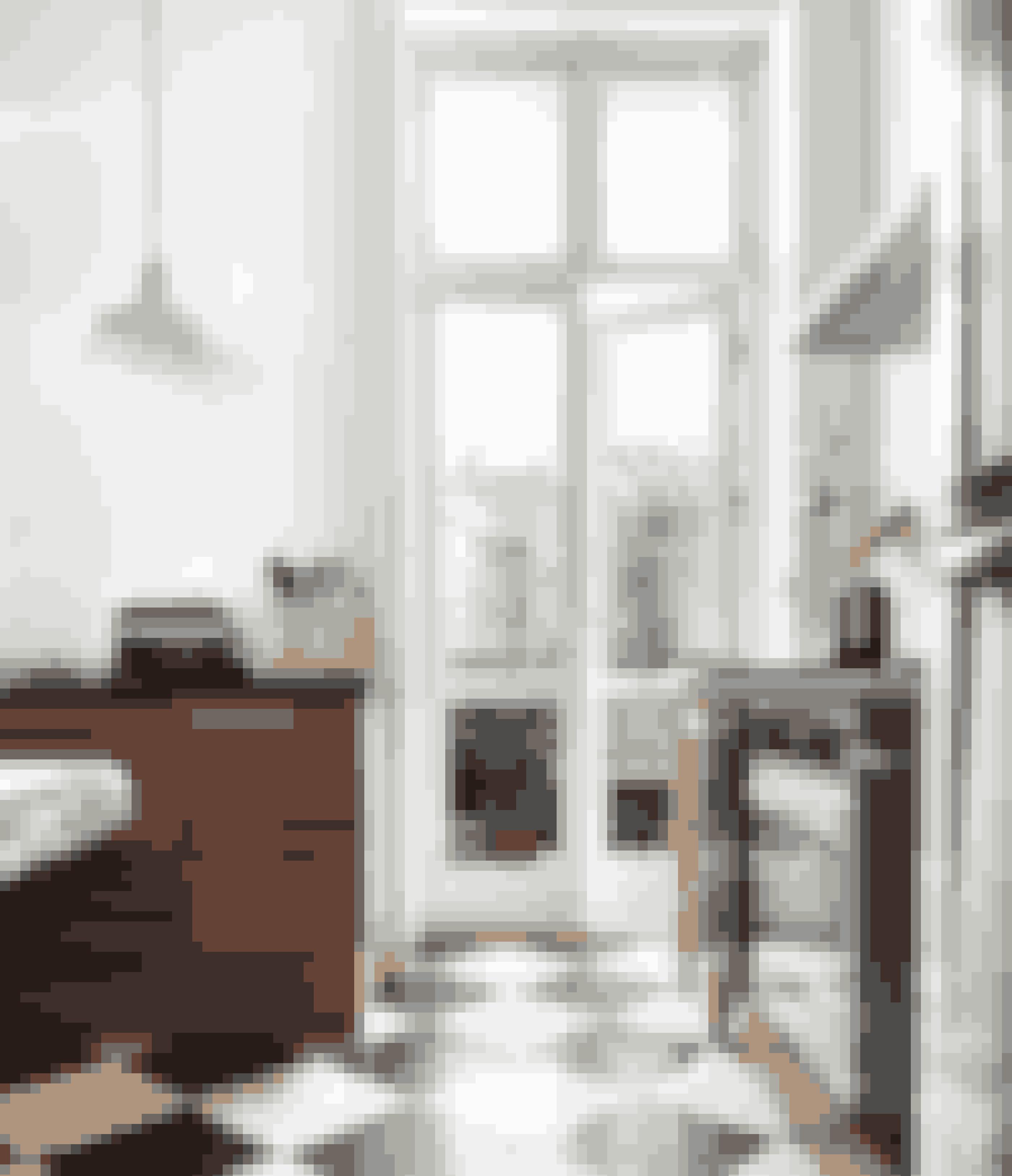 Sort-hvid linoleum eller malede skaktern er en forholdsvis billig måde at give dit køkkenet et klassisk look. Det mørke træ tilfører varme i køkkenet.