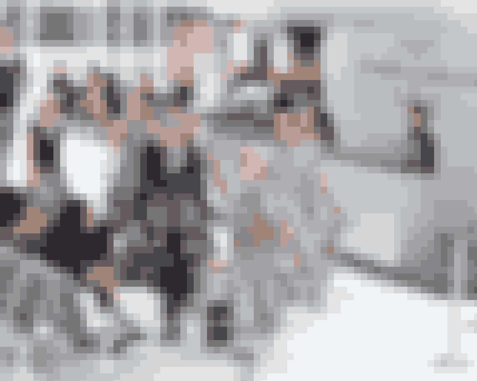 Lufthavn SS16Sidste udkald til Chanel Airlines til Paris … Grand Palais har også været omdannet til lufthavn – det er et par år siden Chanel viste en kollektion, som også var inspireret af rejse og lufthavnsuniformer. Og da Karl Lagerfeld ikke går på kompromis med detaljer, blev alle de fine gæster til showet bænket på hårde, ubekvemme lufthavnsbænke – men mon ikke de nød det alligevel?