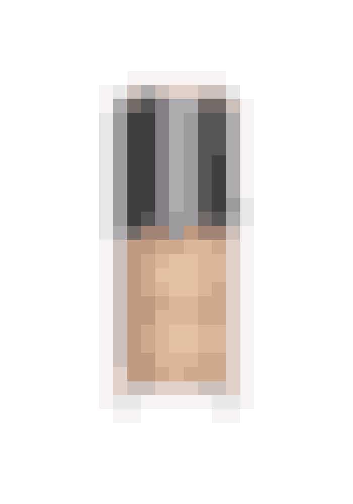 Fejlfri hudKonsistensen er let flydende og oliefri, hvilket gør, at den ikke kan mærkes på huden. Den indeholder en særlig teknologi, som får huden til at fremstå fejlfri og med en naturlig, fin glød.Luminous Silk Foundation, Giorgio Armani, 30 ml, 400 kr.Fås online HER