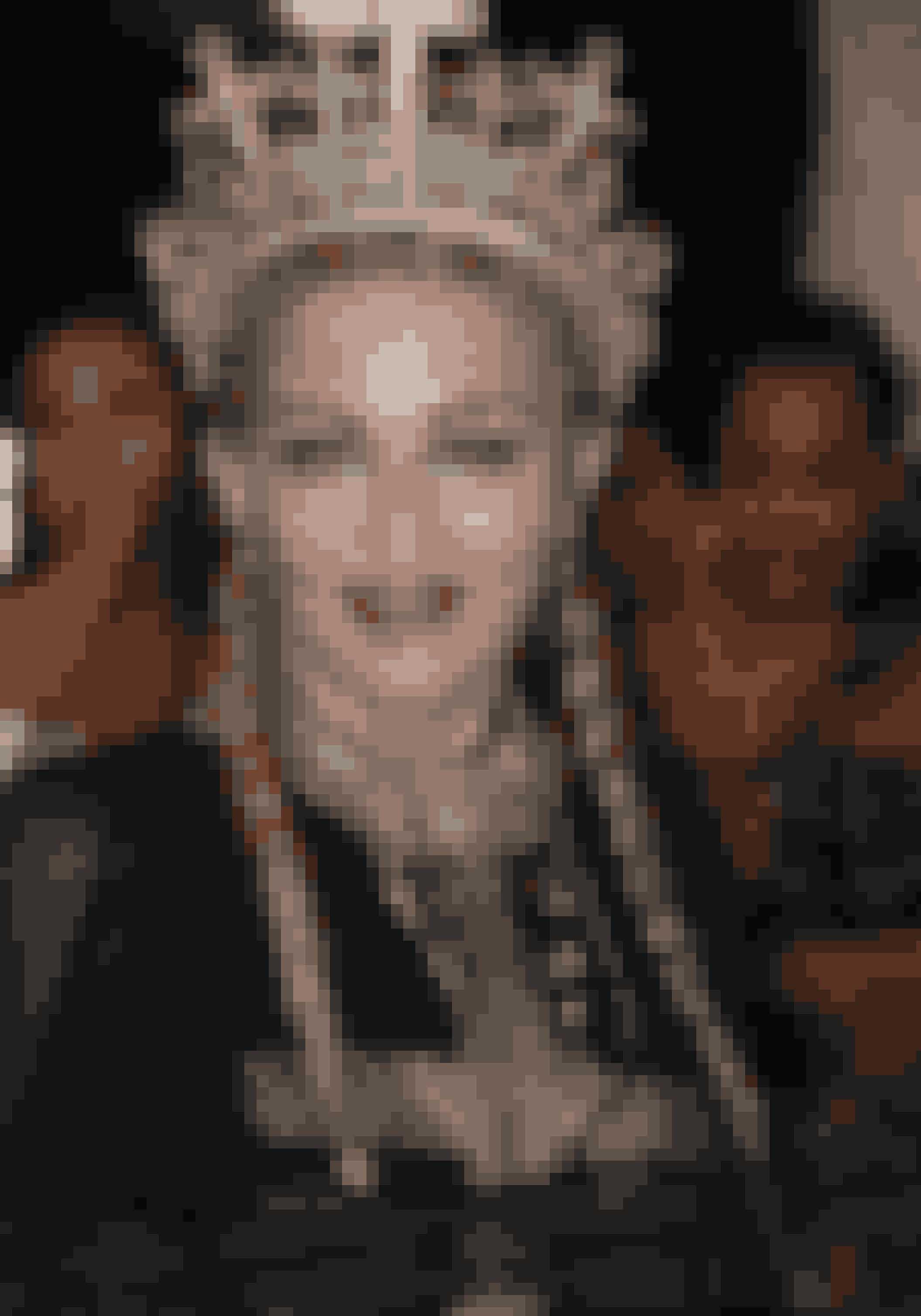 Madonna har ofte inddraget religiøse symboler i hendes påklædning, og i aften var ingen undtagelse. Make-uppen var nærmest ikke til at spotte bag det sorte slør og den iøjefaldende krone.