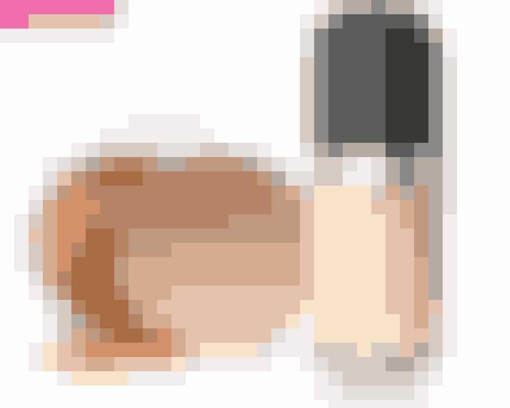 Pudder • SpendérPudder er i nærkontakt med din hud, og det skal derfor være af høj kvalitet. En af de bedste slags pudder er mineralpudder, som blender smukt ind i huden og giver et naturligt udseende, som hverken virker for makeuppet eller pudret til. Det kan den godt komme til, hvis pudderet ikke er af høj kvalitet.På billedet: Amazing Base, Jane Iredale, 370 kr. Købes online HERFoundation • SpendérAlt, der kommer i direkte kontakt med din hud og skal blendes ind i den, skal være af høj kvalitet. Ligesom med hudplejeprodukter skal din foundation passe til netop din hud. Og de dyrere foundations er som regel stærkere, når det gælder holdbarhed, nuancer og finish. Husk også, at dine redskaber skal være i orden – en god foundation er ikke nok. Hvis du bruger en pensel til at lægge den på med, så huske altid at gøre den ren, så du ikke kører bakterier og skidt rundt i hovedet.På billedet: ReMarcAble Foundation, Marc Jacobs, 22 ml, 370 kr. Købes online HER