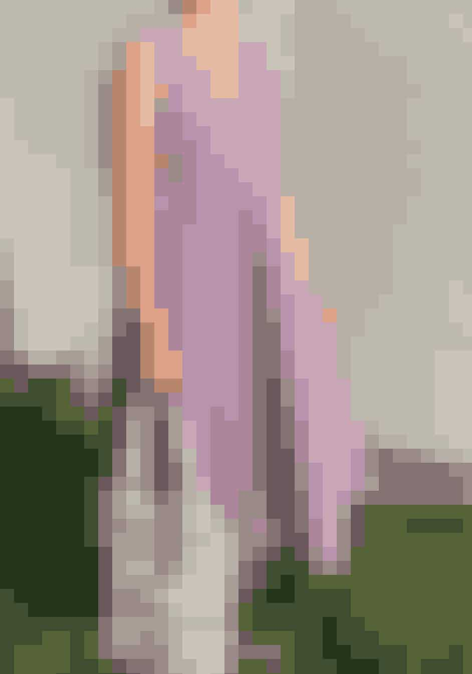 @mariamollerdkMaria Møller er en ung kreativ pige, som har hænderne helt rigtig skruet på. Og heldigvis, deler Maria kvit og frit ud af sin kreative verden med både guides og mønstre til Ganni-lignende-kjoler, blomsterrank-øreringe af perler samt upcycling af eksempelvis et Ganni-badeskørt og meget mere. Hendes guides er meget begyndervenlige, hun deler både videoguides på sin instastory og letforståelige illustrationer på sin hjemmeside - så kan alle følge med.