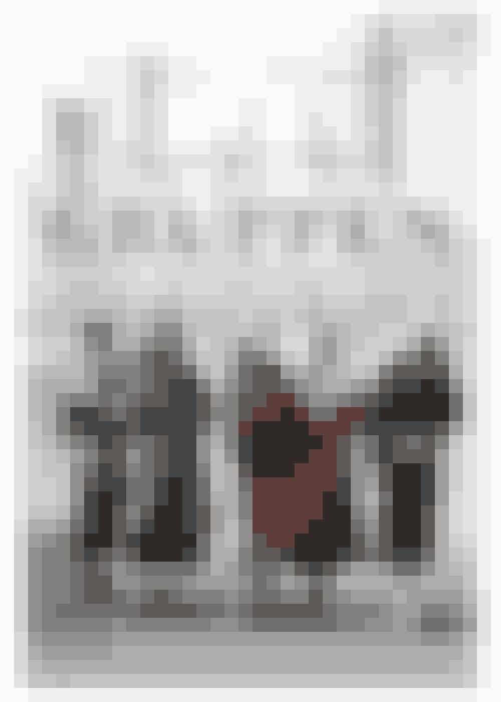 SEX AND THE CITY I 1930'ERNEDenne bog inspirerede 'Sex and the City'-forfatteren til at skrive om veninderne Carrie, Miranda, Samantha og Charlotte, menGruppenafMary McCarthyforegår, længe før Carries favoritskodesigner Manolo Blahnik overhovedet var født – i 1930'erne. Otte unge kvinder genser hinanden i New York efter studietiden, da den ene af dem skal giftes. Syv år senere samles de igen til samme kvindes begravelse. De er fulde af gåpåmod og vil leve et uafhængigt liv og realisere sig selv.Køb denHER