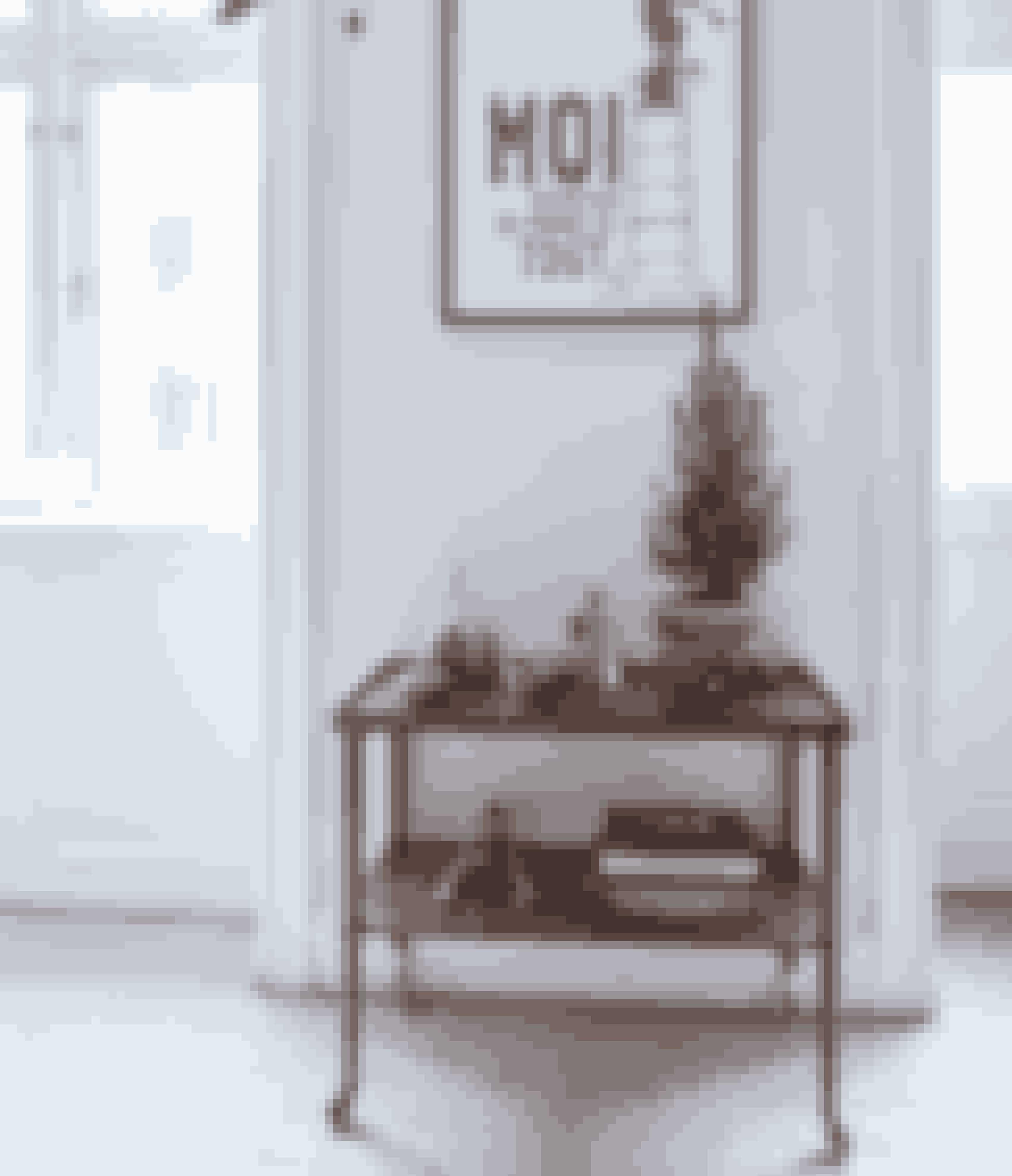 Messing giver en varm tone til boligen sammen med træsorter som teak. Lav små stilleben eller brug messing- og kobberdetaljer til at pifte din bolig op med.