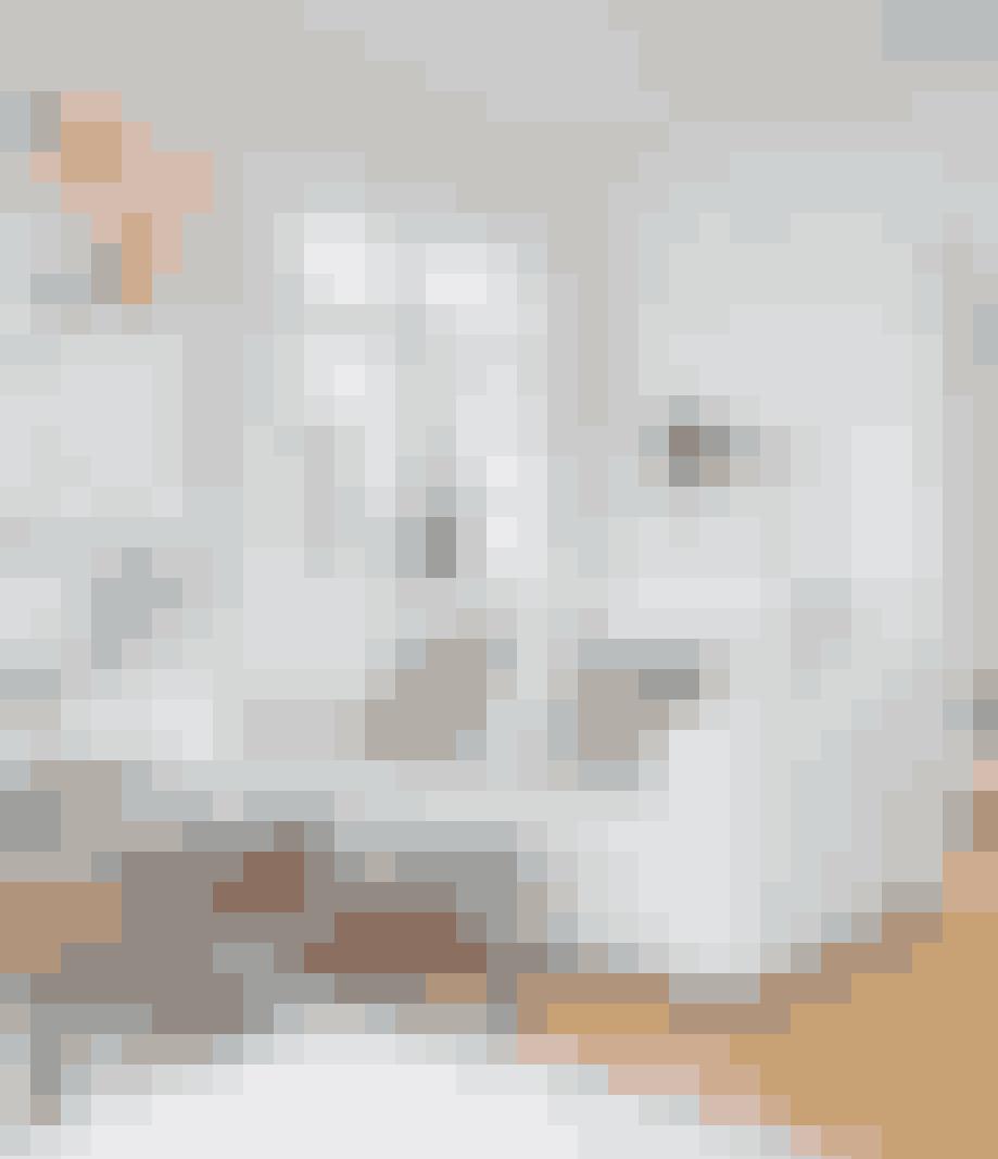 I en hvid stue får farverig kunst lov til at løbe med opmærksomheden.