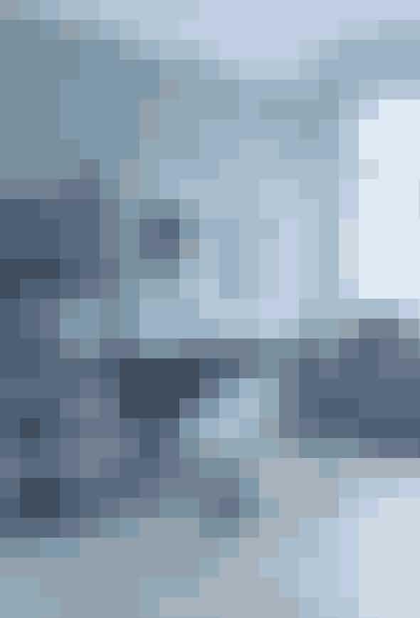 Det sorte kontor står bedst i al sin enkelhed. Vælg få, men vigtige møbler i den mørke farve, og tilføj liv til rummet i form af simpelt nips i en blød kontrastfarve. Skab liv omkring dit skrivebord, og bryd de sort/hvide rammer ved at male væggen bagved dit skrivebord i en naturfarve, for dermed at tone det hårde look lidt ud.