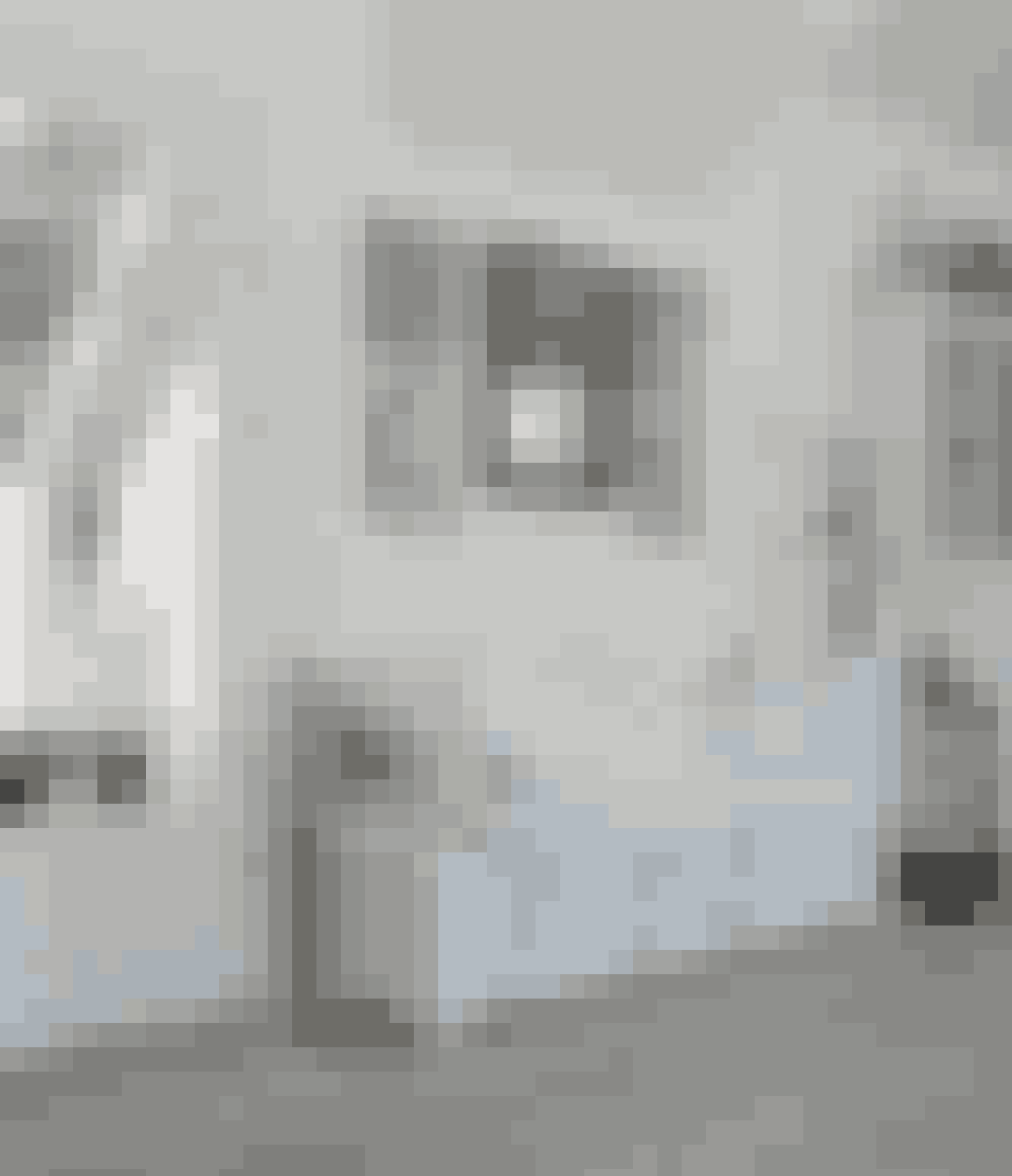 Giv det hvide modspil og hæng billeder med forskellige motiver op i farvede rammer.