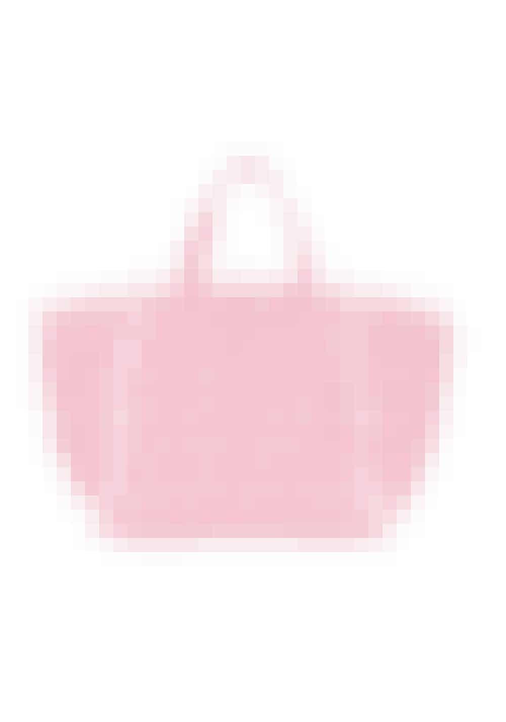 En stor taske, der kan rumme det meste er uundværlig. Både hvis der bliver godt nok vejr til at gå på stranden, men også hvis der bliver tid til en shoppingtur er den handy, da den kan indeholde det meste.Melissa Odabash, 1.899 kr.Købes online HER