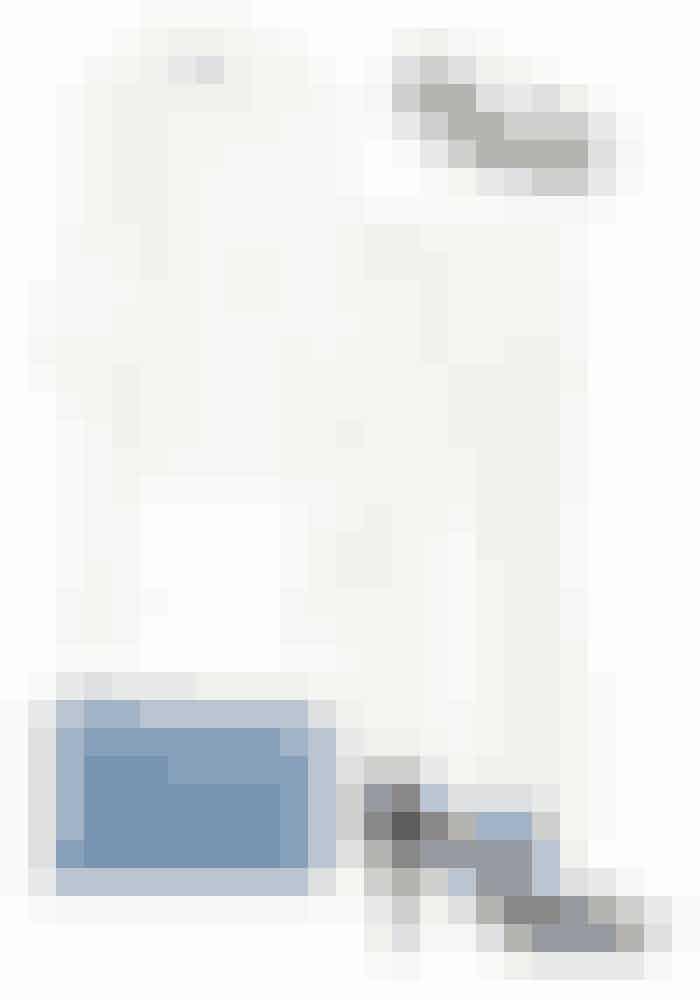 Suit up! Til det lækre middagsselskab er et jakkesæt med matchende accessories lige i øjet. Et hvidt jakkesæt er skønt på sådan en aften, da man endelig ikke må udelukke hvid i vintersæsonen.Ellery, blazer, 11.285 kr. Kan købes online HER (sponsoreret link) // Ellery, bukser, 6.255 kr. Kan købes online HER (sponsoreret link) // Pico, hårspænde, 40 kr. Kan købes online HER // Attico, sko, 5.395 kr. Kan købes online HER (sponsoreret link) // Coccinelle, clutch, 749 kr. Kan købes online HER (sponsoreret link)
