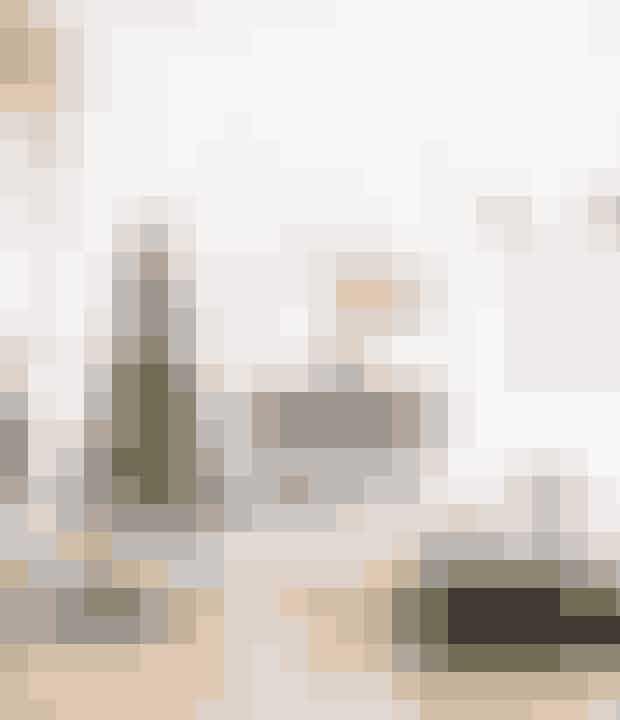 Gå efter gavepapir, der matcher farverne i din indretning og på juletræet, hvis du vil gave en underspillet pynt. Spiseborder er fra Hay, skalstolene fra Eames. Det gråblå gulvtæppe under spisebordet er fra Massimo, og jultræstæppet er fra By Nord.