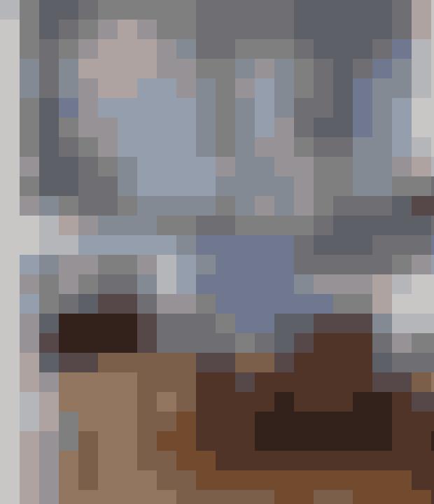 Mix rå materialer med bløde som her, hvor et tungt spisebord er sat sammen med forskellige siddemøbler med bløde puder eller tykke lammeskind. Lamperne i messingtråd er købt hos Milla Boutique. Maleriet Pige med Kat er malet af Gøril Fuhr. Spisebordet er fra Muubs med solide plankeben og betonplade.