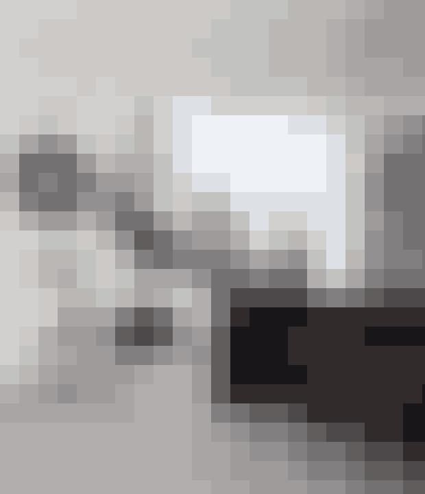 Et trapperum kan ofte blive et tomt område i hjemmet, men du kan forsøge at inddrage det ved at møblere med små borde, puffer og andet nips eller indrette et arbejds- eller læsehjørne. Trappen er designet af Lene Mønster Nellemann i samarbejde med husets ejer. Under trappen er der indrettet et lille læsehjørne. Spejlet er fra Caravane og bordlampen er fra Design by Us.