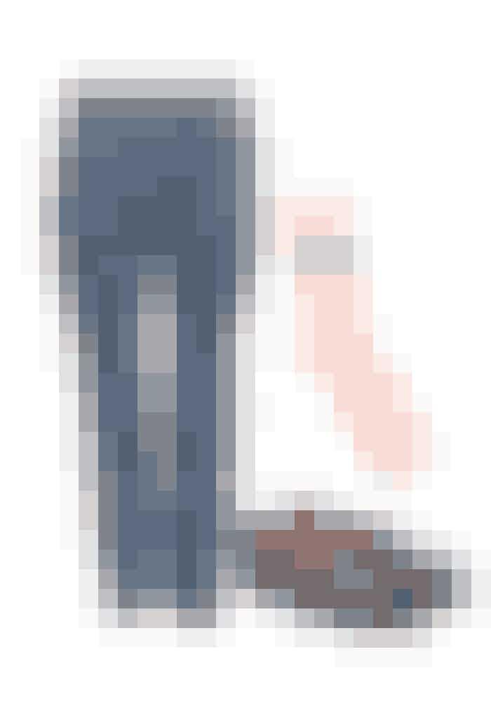 Loaferen:Den fancy ballerina er en forårssko men med et par synlige strømper i skoen og et par fede jeans – kan du sagtens bruge dine loafers i det kølige vejr.Loafer, Leather Loafers, Church's, 3.339 kr. Købes online HERJeans, mom-fit desi jeans, Violeta by Mango, 449 kr.Købes onlineHERStrømper, Lois SS17, Baum und Pferdgarten, 149 kr.Købes onlineHER