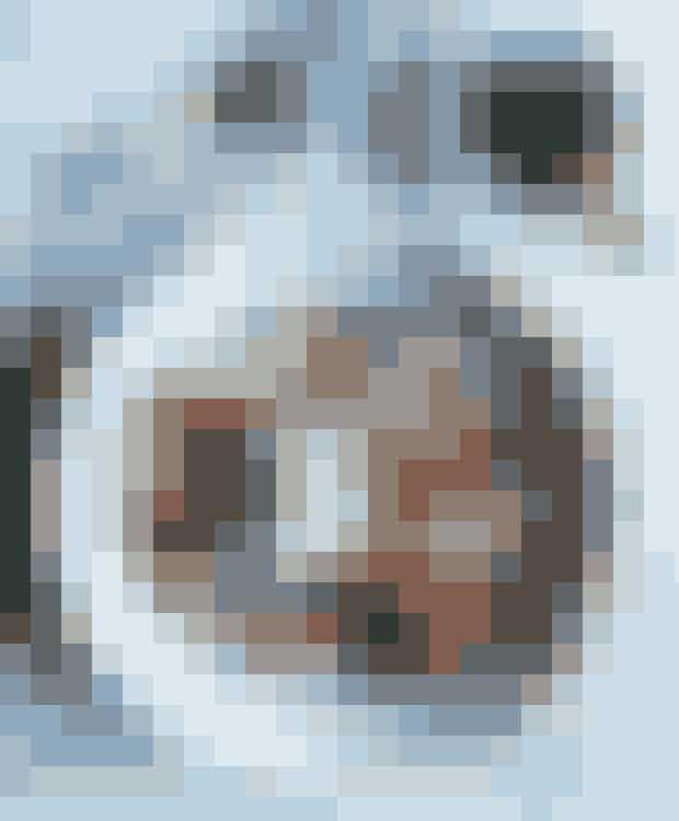 Tid: 35 minutter. Antal personer: 4-6Pasta:400 g hjemmelavet Fettuccine lavet på durummel, æg, salt og vand og med en tykkelse på 1-2 mm og en bredde på ca. 1 cm.Kødboller:500 g hakket oksekød1 tsk. salt1 fed hvidløgskal af ¼ usprøjtet citron2 spsk. friskrevet parmesan1 spsk. tørret oregano1 ægsalt og friskkværnet peberolivenolie til stegningTomatsauce:1 løg1 fed hvidløgolivenolie til stegning1 lille dåse tomatpuré1 dåse hakkede tomater (gerne med krydderurter)¼ l bouillonsalt og friskkværnet peberGremolata:½ bundt bredbladet persille½-1 fed hvidløgskal af ¾ usprøjtet citron2 spsk. friskrevet parmesan1. Kødboller: Rør kødet sammen med salt. Pil og hak hvidløg. Riv citronskal og parmesan. Rør hvidløg, citronskal, parmesan, oregano og æg i kødet. Krydr farsen med salt og peber, og form den til ca. 30 små runde kødboller. Brun kødbollerne i olie på en pande ved høj varme. Ryst jævnligt panden, så de forbliver runde, og læg dem til side.2. Tomatsauce: Pil og hak løg og hvidløg, og steg dem i olie på en pande. Tilsæt tomatpuré, hakkede tomater og bouillon, og lad det koge et par minutter. Læg kødbollerne i, og lad retten simre i 10-12 minutter. Smag til med salt og peber.3. Kog pasta.4. Gremolata: Skyl og hak persillen. Pil og hak hvidløg. Riv citronskal og parmesan fint. Bland det hele.5. Servering: Anret kødboller med tomatsauce oven på pasta eller spaghetti, og drys med gremolata og evt. lidt ekstra parmesan.