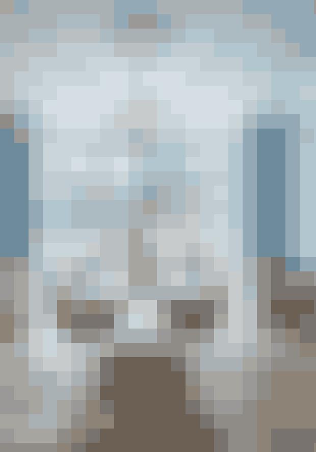 Her er det en lyseblå vægfarve, der giver kølig kontrast til interiøret i træ, læder og gylden messing. Spisebordet er designet af Cecilie Manz, og Dråben-stolene af Arne Jacobsen – begge dele forhandles af Fritz Hansen. Lampen Crown Minor er fra Nemo, og rullebordet Valet Bar Cart er fra Stellar Works. Vægmalingen fra Farrow and Ball er købt hos Tapet-Cafe.