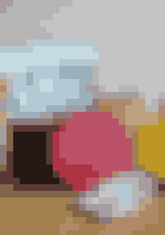 Den gule ogblå taske er fraLeather Satchel, mens resten er vintage. Tørklæde fra Chanelog sko fraChiaraFerragni.