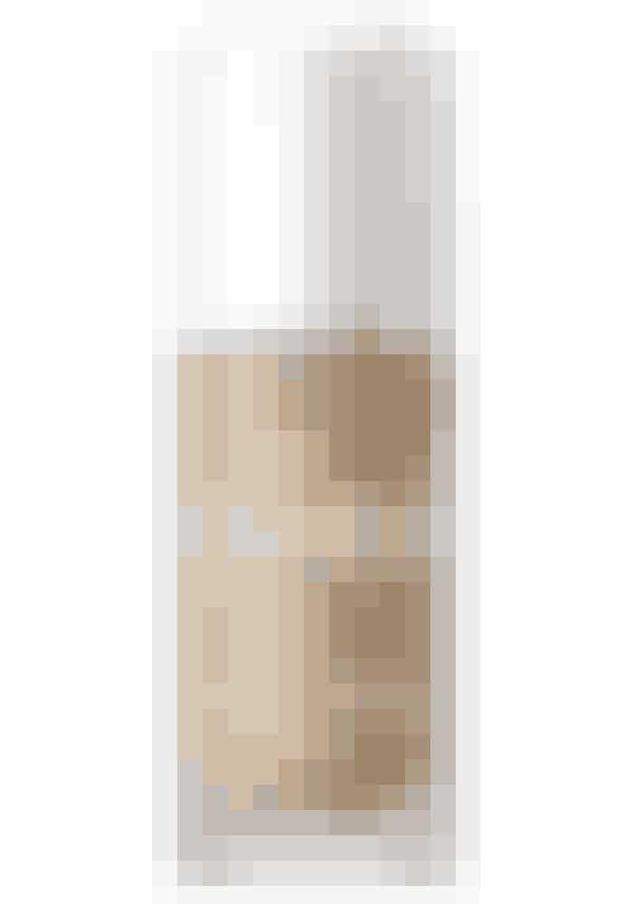 Den naturlige glødEr du mere til den naturlige glød, så bliver du lykkelig over denne foundation. Den nærmest smelter ind i din hud og giver en fantastisk smidig glans og et fløjlsblødt finish – uden at mattere. Den har en let dækkeevne, der tilfører en let skinnende effekt, som er perfekt, hvis din hud er lidt trist og mat.The Treatment Fluid SPF 15, La Mer, 530 kr.Kan fås i Magasin og online HER