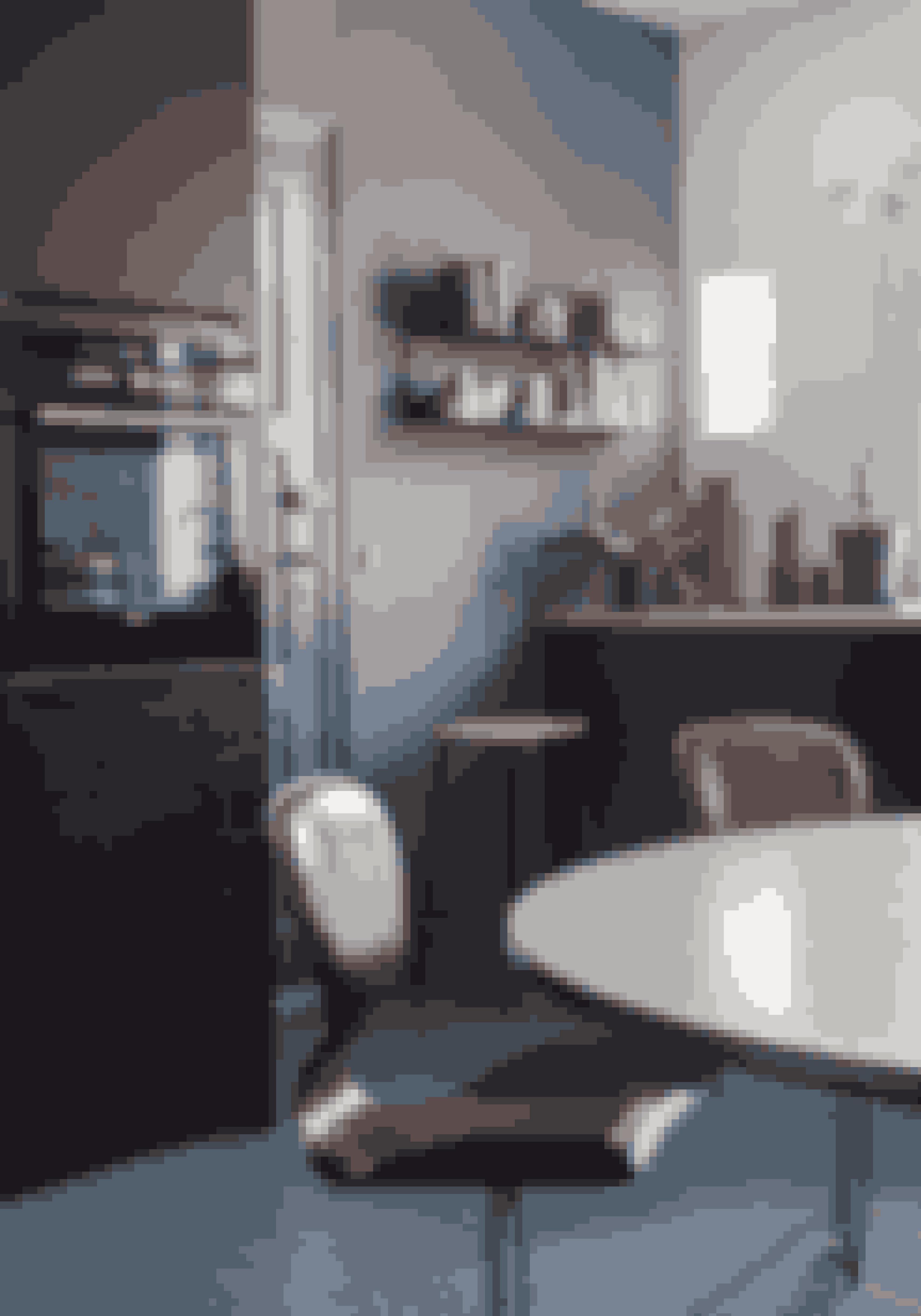 Elementer i sort eg gør køkkenet stilfuldt og mindre klinisk end et klassisk hvidt. De maskuline stole i mørkebrunt læder passer ind i den næsten herreværelseagtige atmosfære.