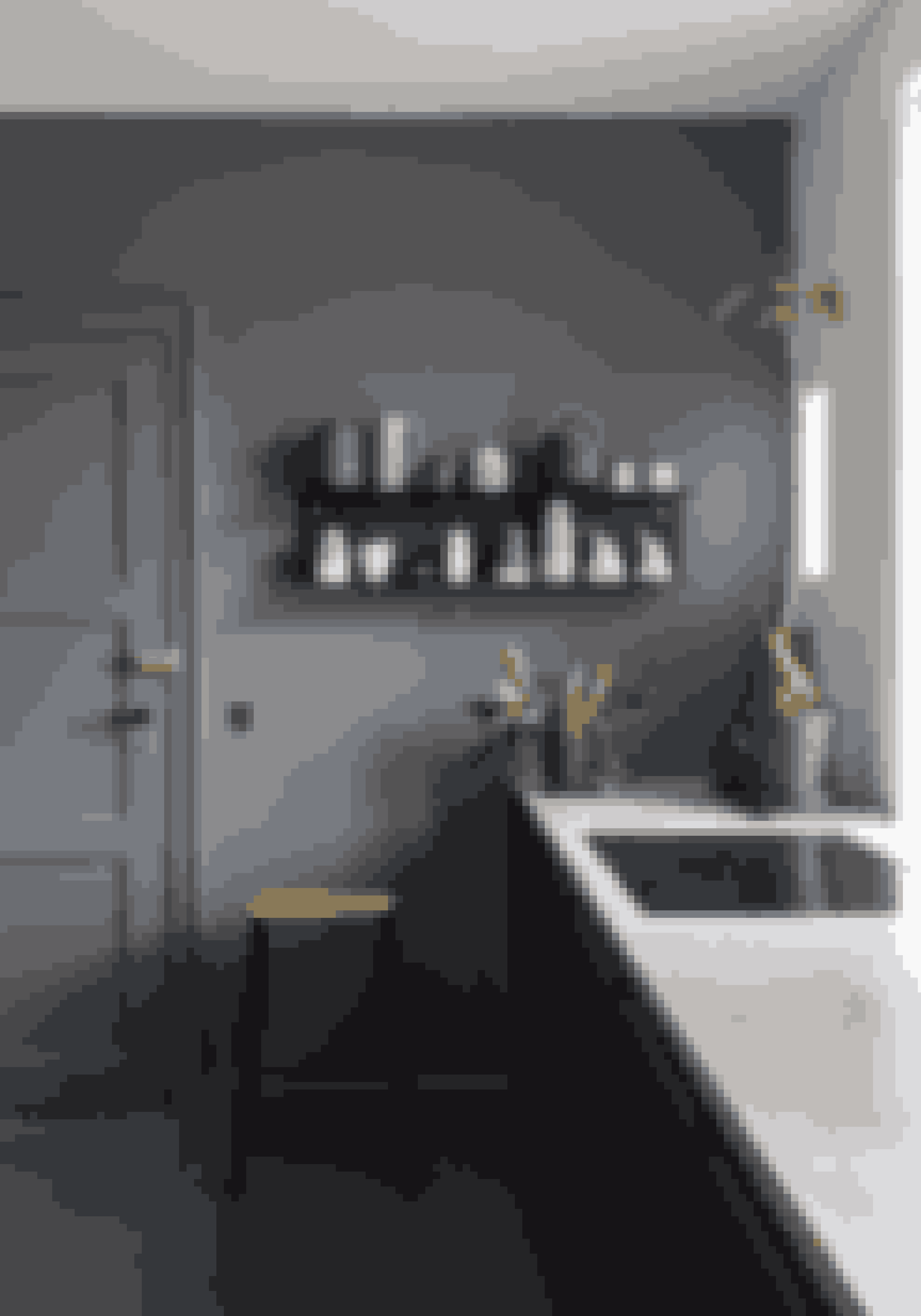 Få en nærmest Hammershøjsk feeling ved at male væg, gulv, paneler og dør i samme farve.