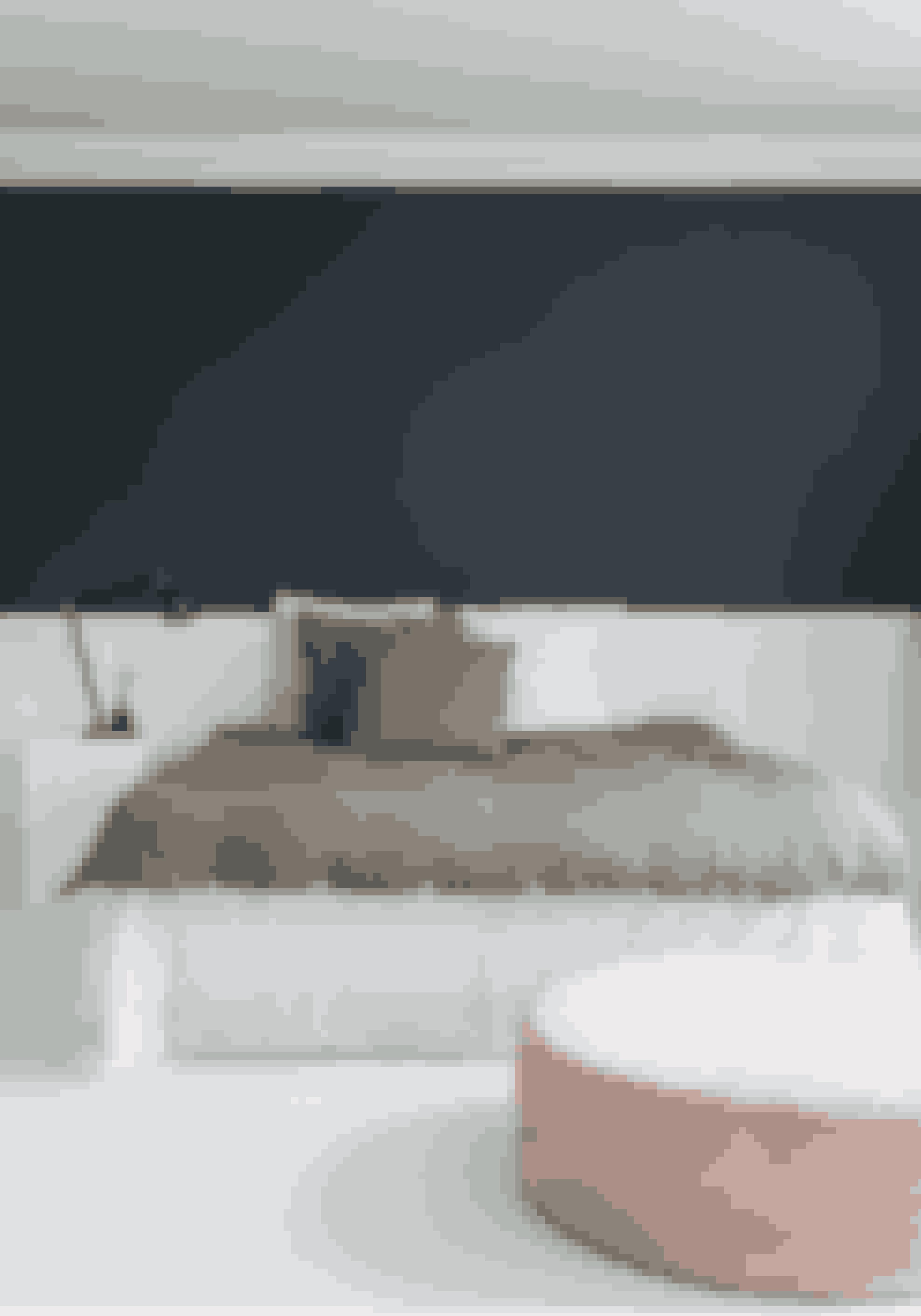 For at skabe ro i soveværelset er det vigtigt, at du ikke propper for mange elementer ind. Den store puf fra Sofakompagniet skaber hygge, men man kan også lægge tøj på den.