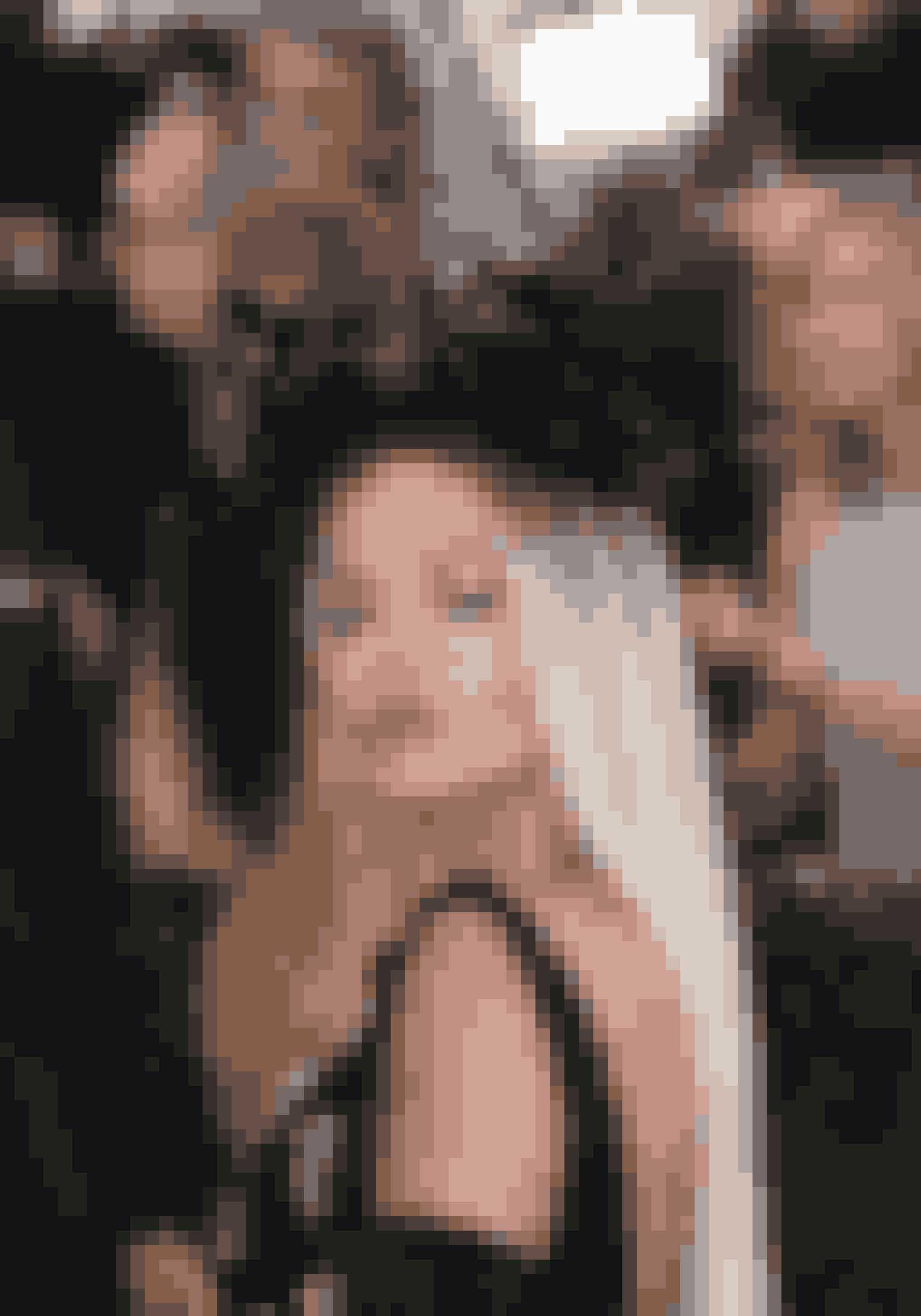 Rita Ora med en af aftenens højeste hovedbeklædninger. Den mørke hovedbeklædning blev piftet op med forårsfriske læber og gyldne øjne.