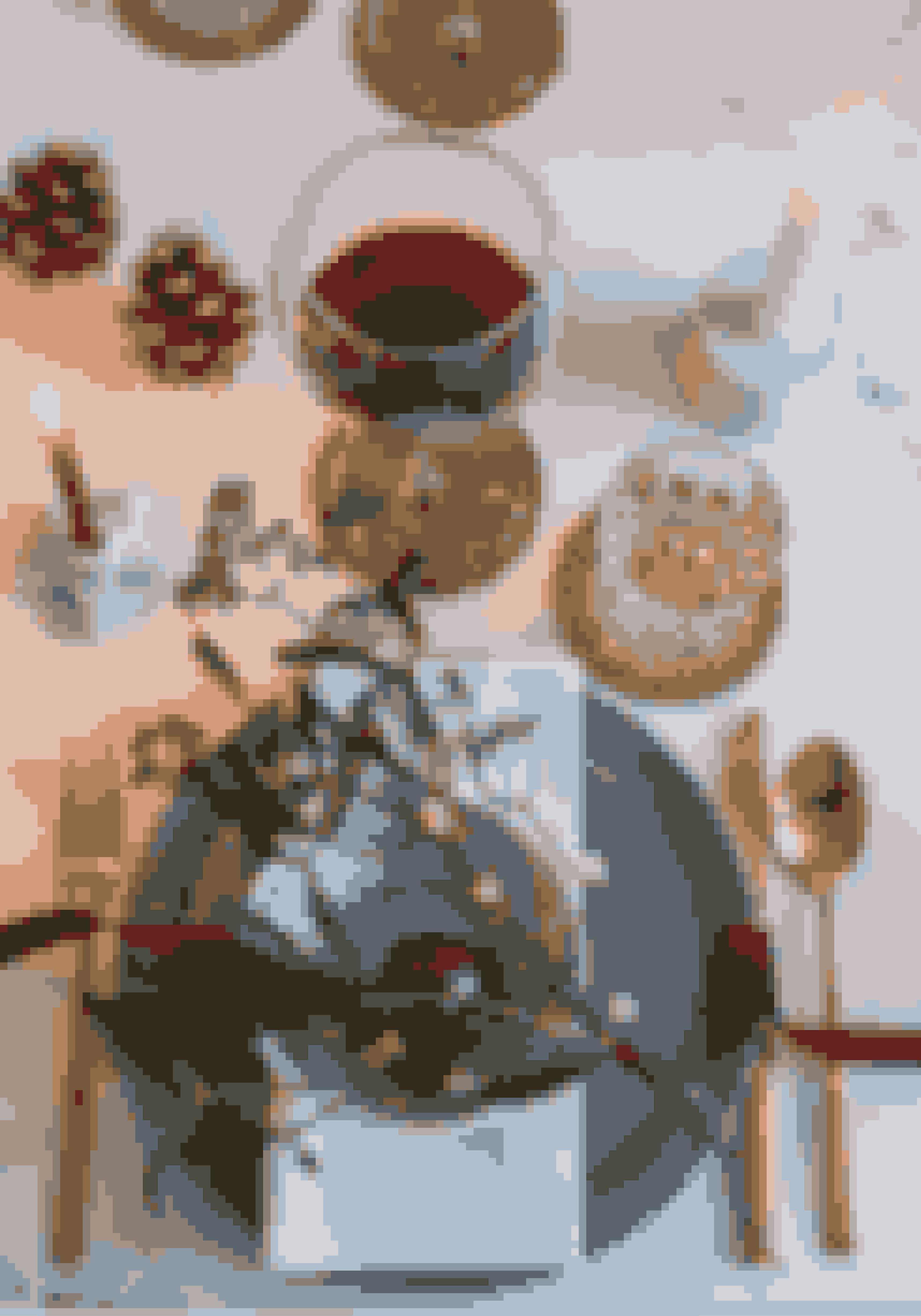 Med mistelten, fyrregrene, en blomst og farvet bånd kan du nemt lave en bordbuket. Læg servietten under den øverste tallerken, så servicet bliver fremhævet. De grå tallerkener er fra Ikea og den dybe fra Royal Copenhagen. Bestikket er fra Christian Bitz, vinglasset fra Alessi, og den runde samt stjerneformede lysestage fra henholdsvis Broste og Bloomingville.