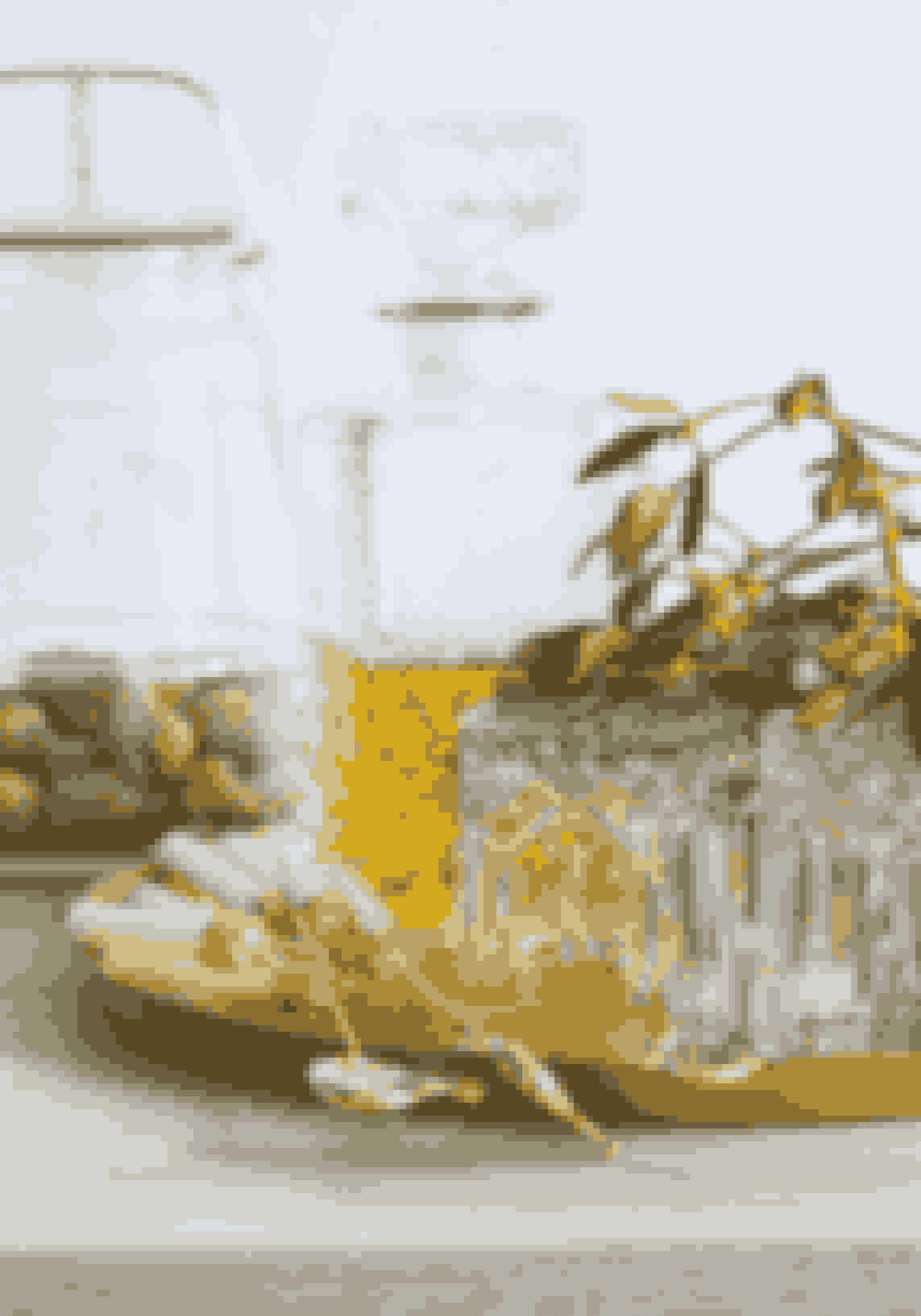 Hold dig til den samme farve metal, fx guld, så udtrykket bliver eksklusivt frem for rodet. Lyseholderne er fra Georg Jensen, og krukken bagest fra Holmegaard.