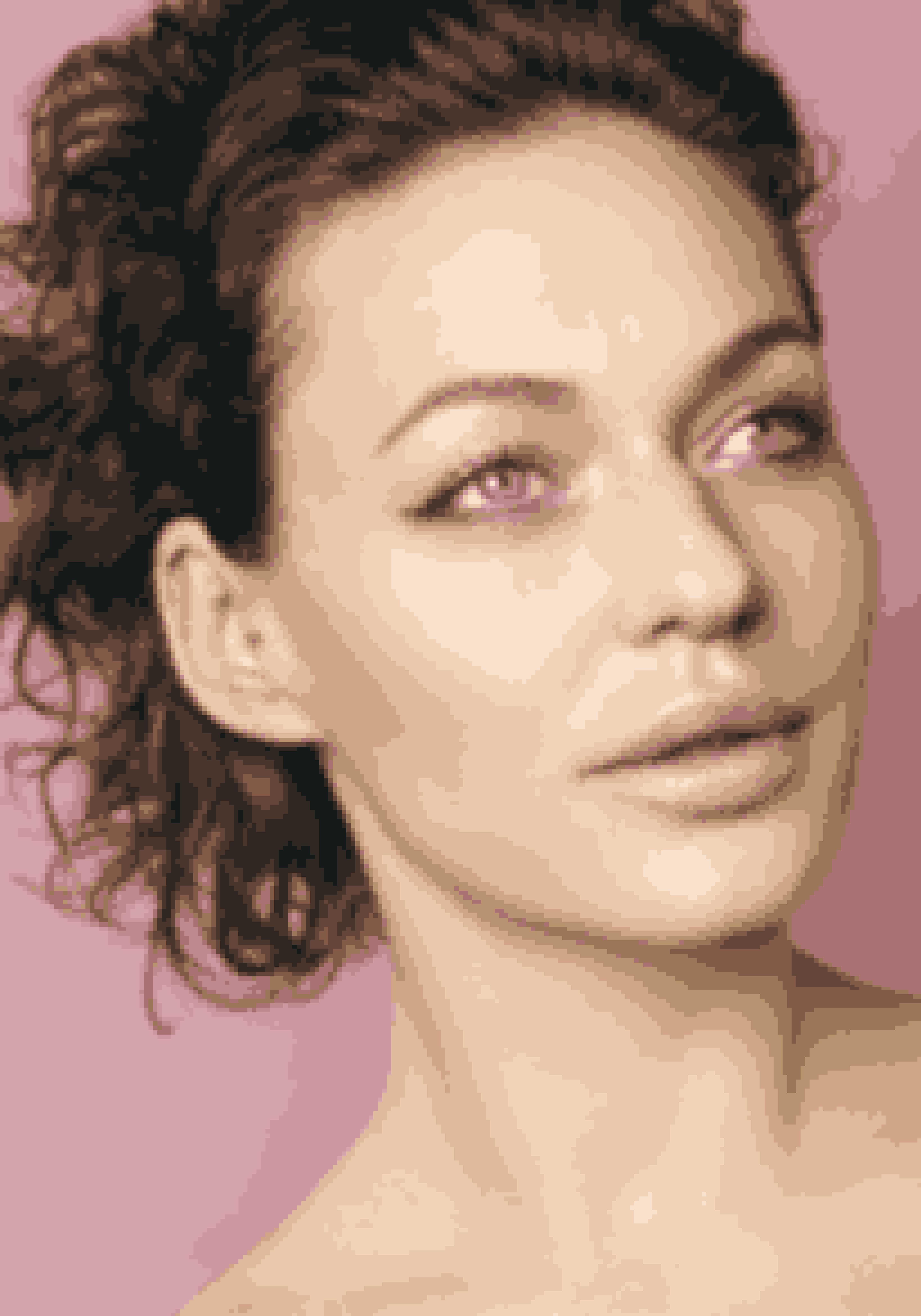 Der er lagt vægt på shimmer, shine og metallisk øjenskygge og eyeliner. Hvis du er bange for, at de glitrende øjenskygger lægger sig i de fine linjer omkring øjnene, så nøjes med en fin metallisk eyeliner. Vælg gerne en farve, du normalt ikke bruger – det er sommer, og der må gerne ske lidt! Grøn, blå og turkis eyeliner kan gøre meget nyt for dit look.