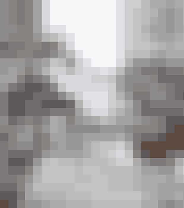 Sofabord med aftagelig bakke.Sammenklappeligt stel. Af metal. Ø 57 cm. Højde 48 cm.Find det her!